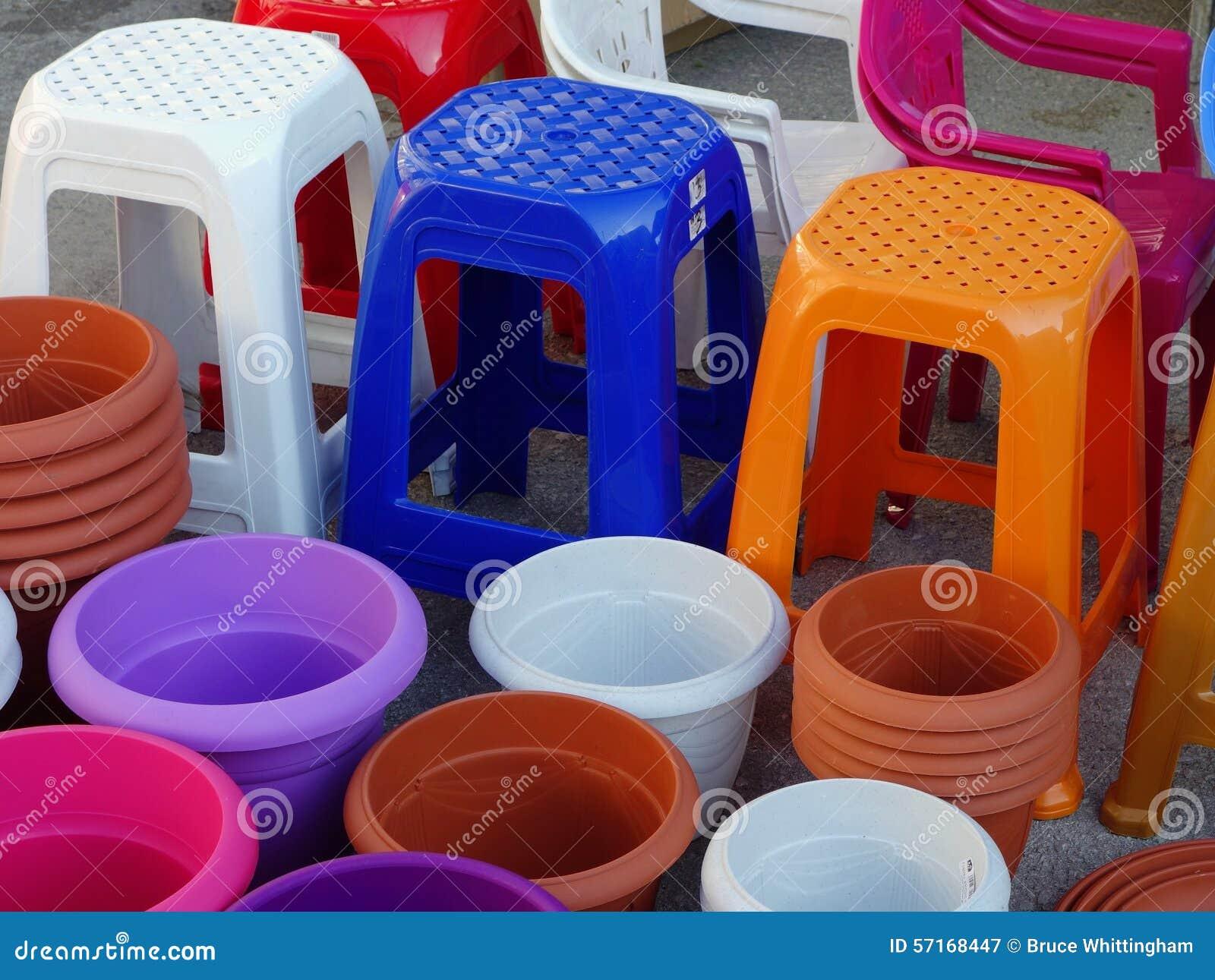 五颜六色的塑料凳子和罐