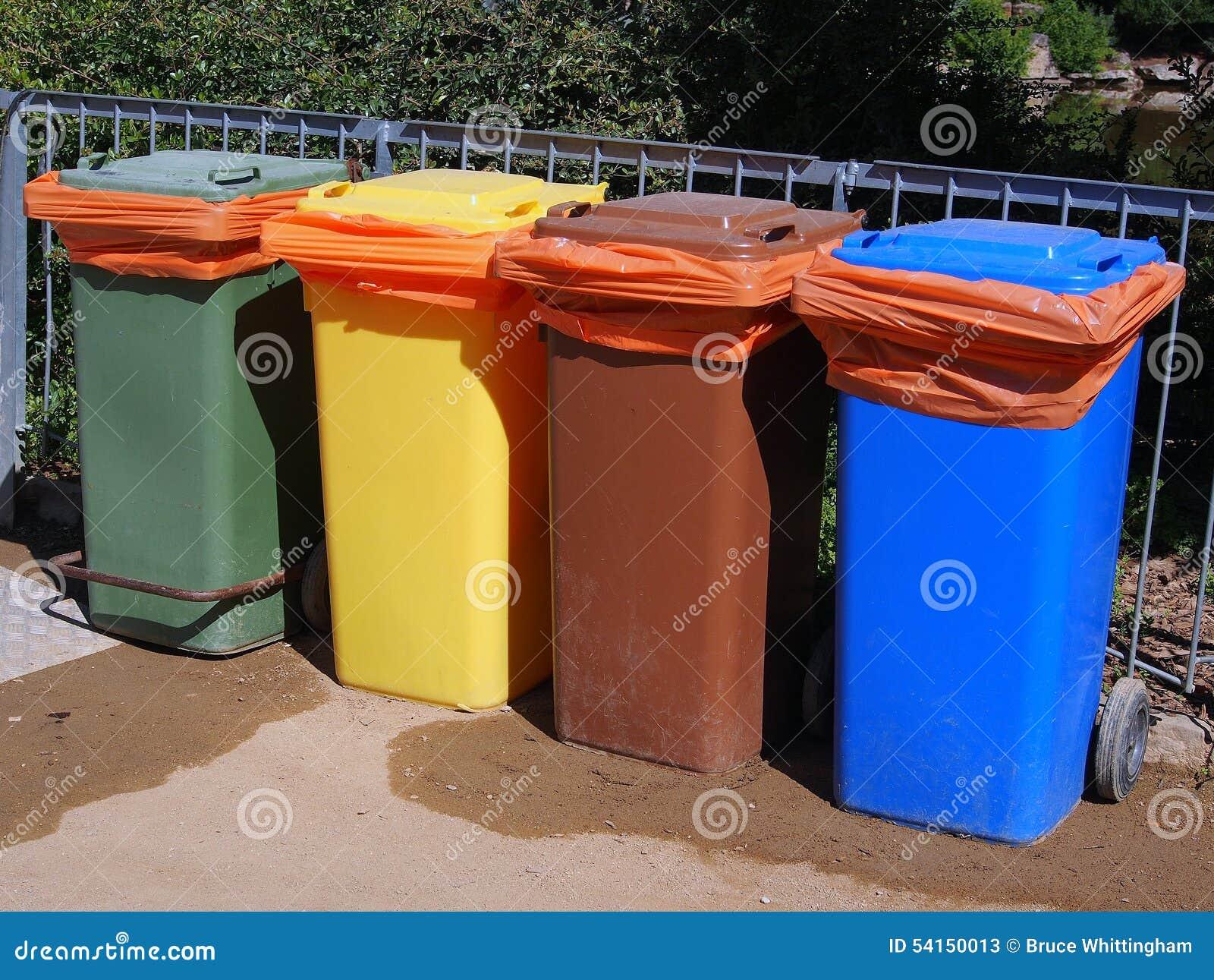 五颜六色的塑料垃圾容器