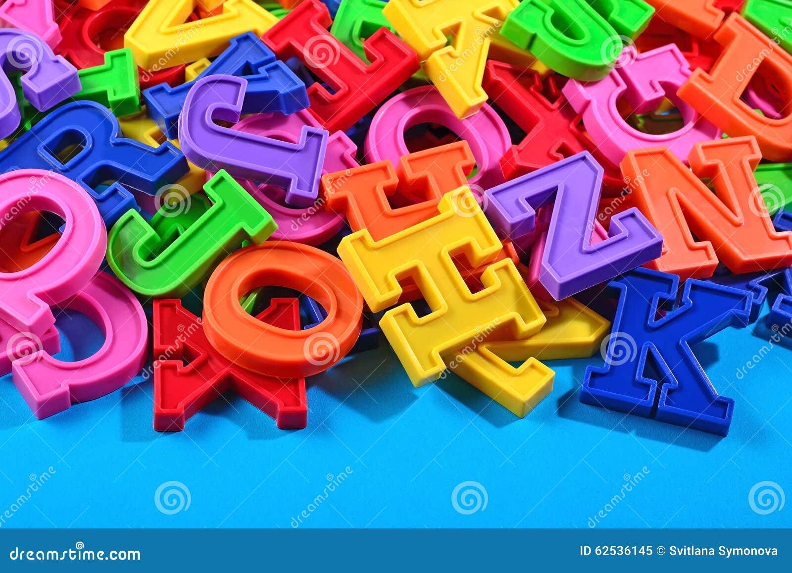 五颜六色的塑料字母表信件