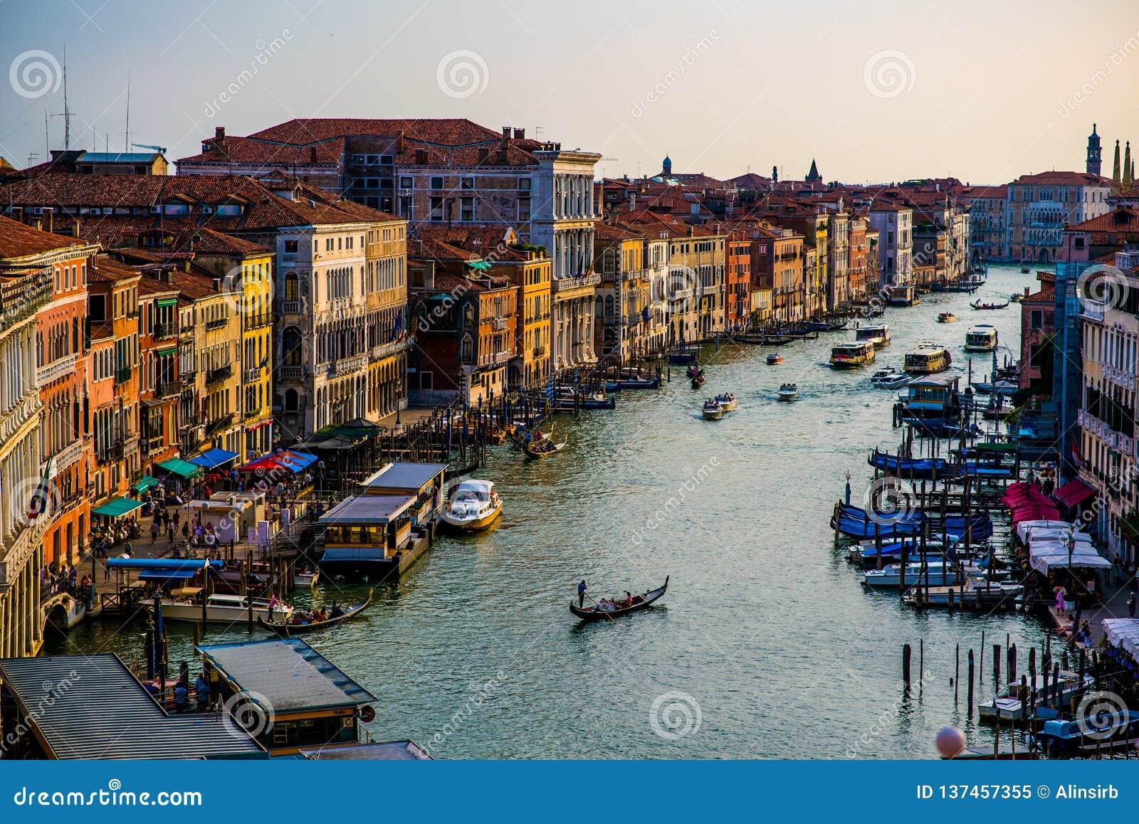 五颜六色的大厦在日落前的威尼斯