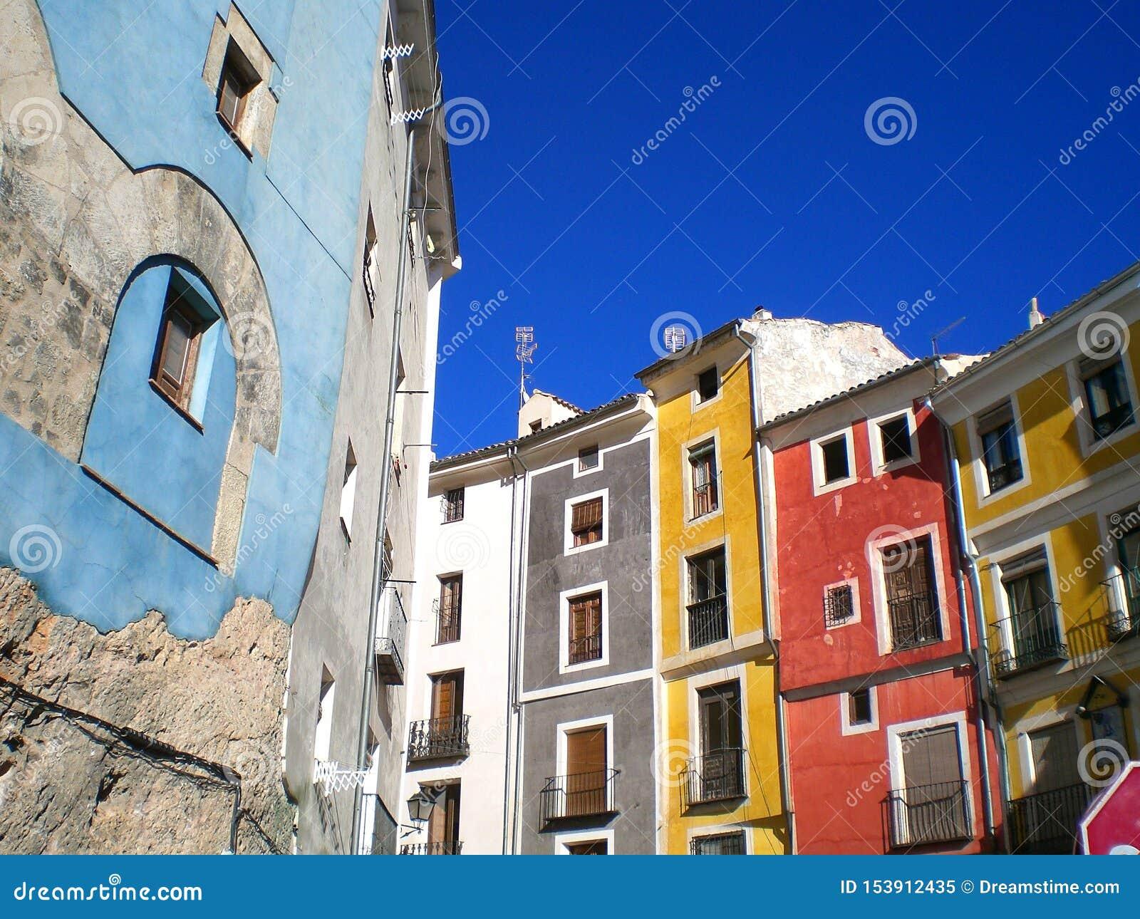 五颜六色的大厦在昆卡省,西班牙
