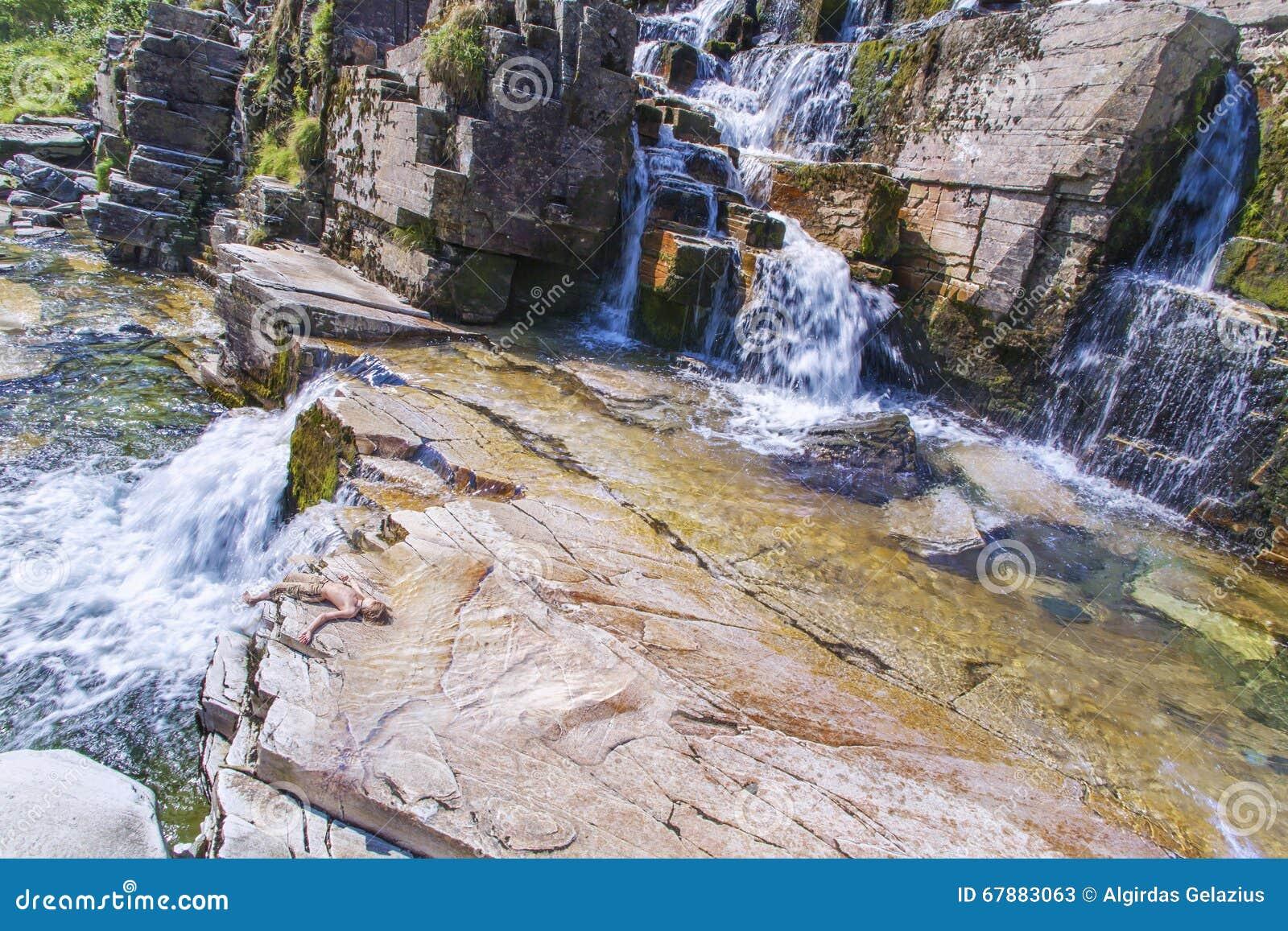 五颜六色的岩石和瀑布在挪威山