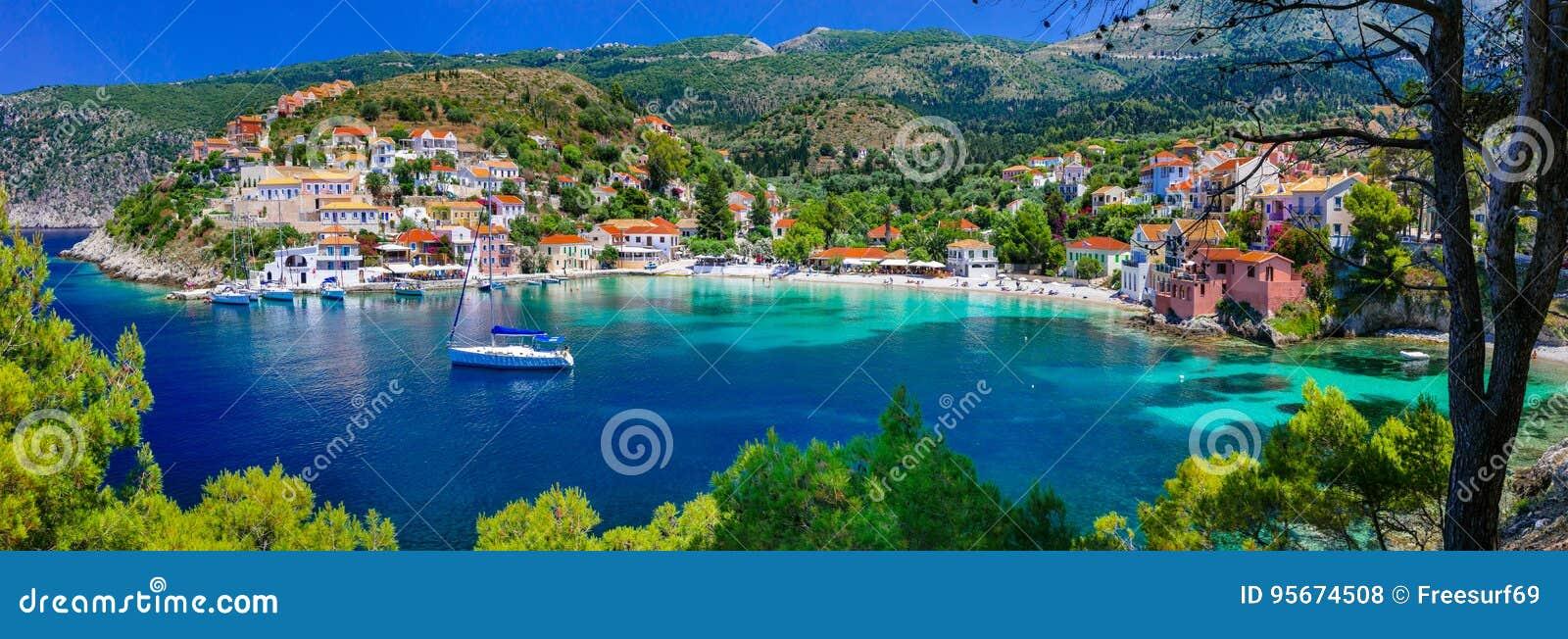 五颜六色的希腊系列-与美丽的海湾的五颜六色的Assos Kef