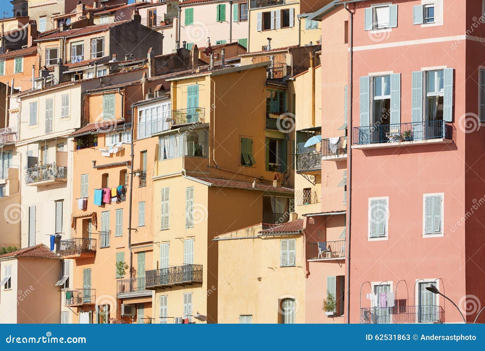 五颜六色的房子门面在芒通镇,普罗旺斯,法国