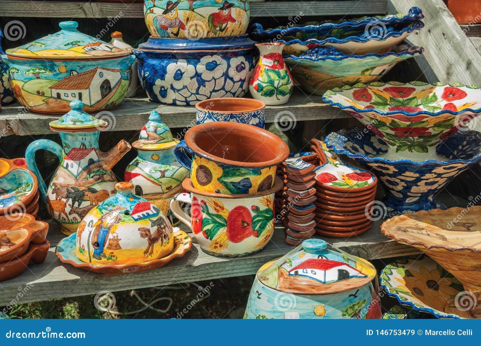 五颜六色的手工制造瓷罐和盘