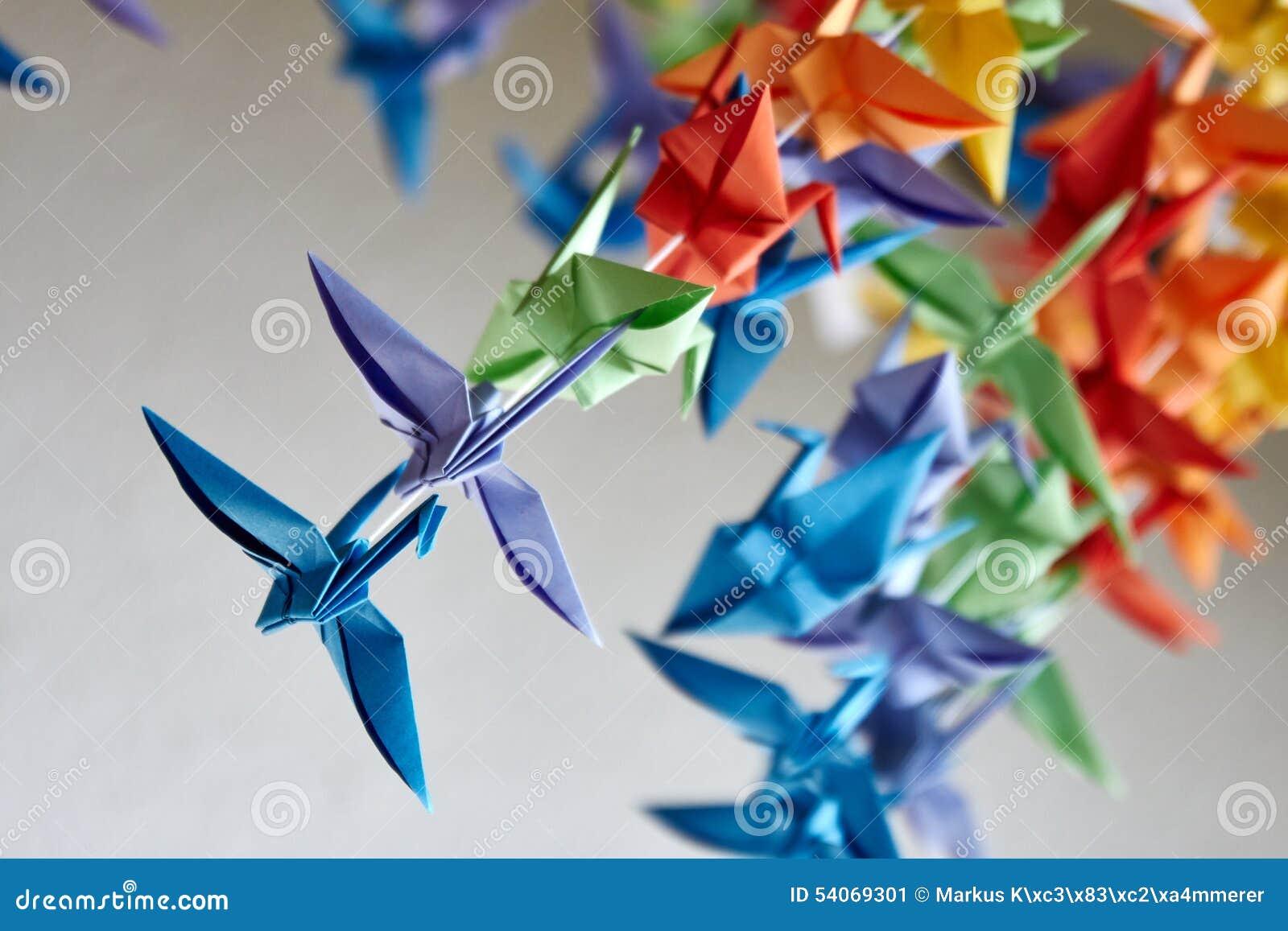 五颜六色的手工制造origami起重机或幻想鸟