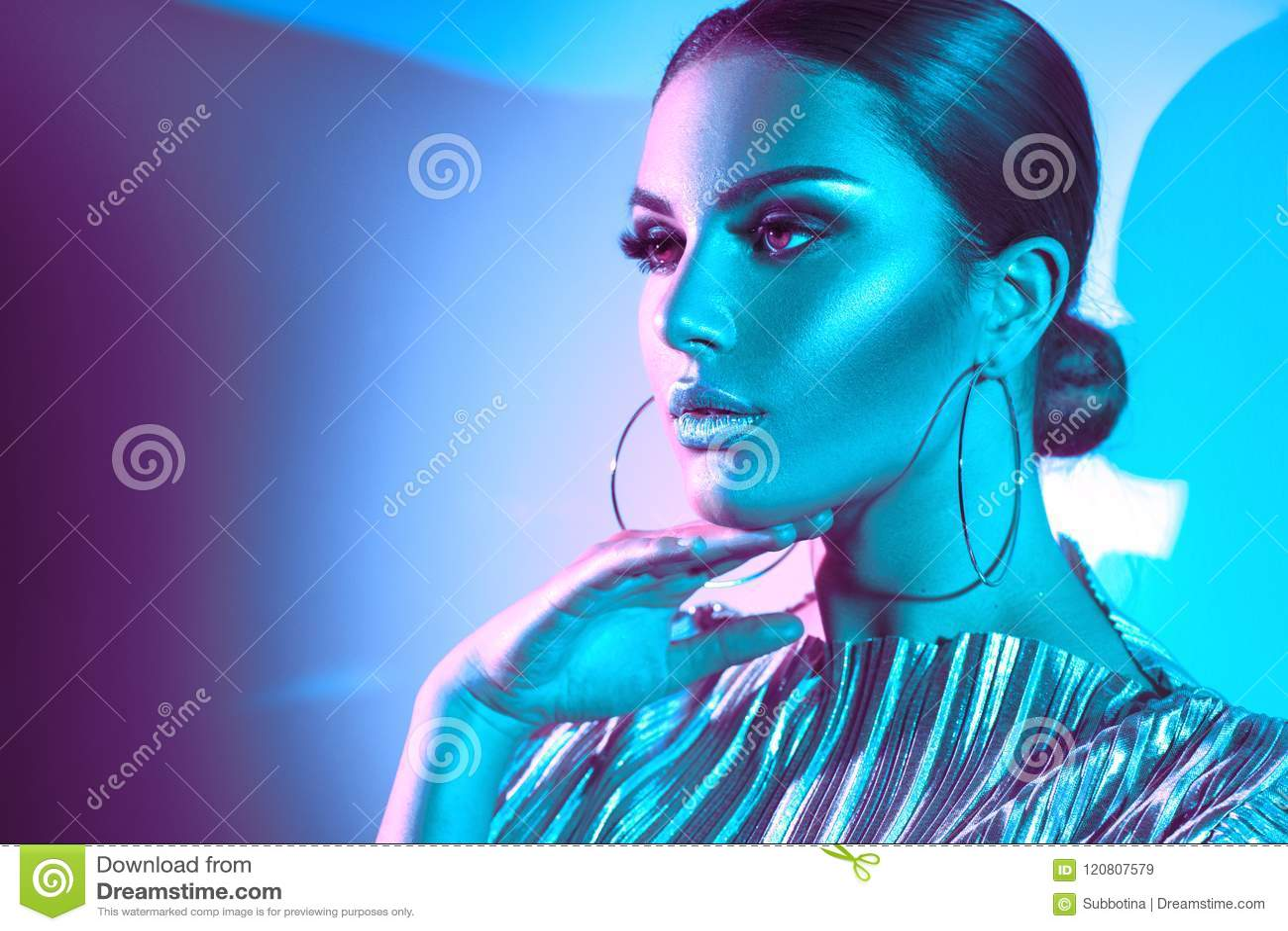 五颜六色的明亮的霓虹灯的时装模特儿深色的妇女 美丽的性感的女孩,时髦发光的构成,金属银色嘴唇