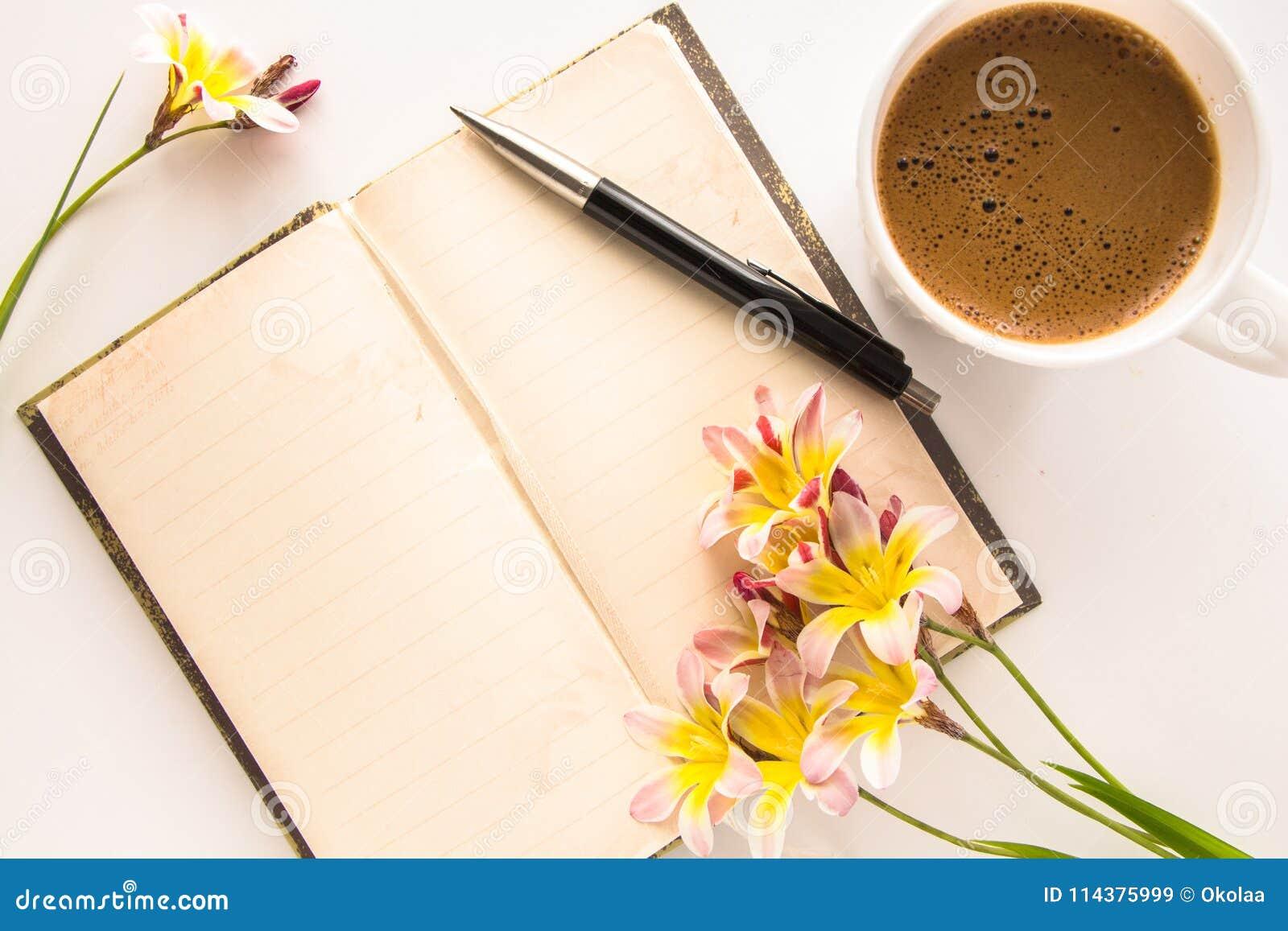 五颜六色的春天花,与文本和咖啡的空白开放日志