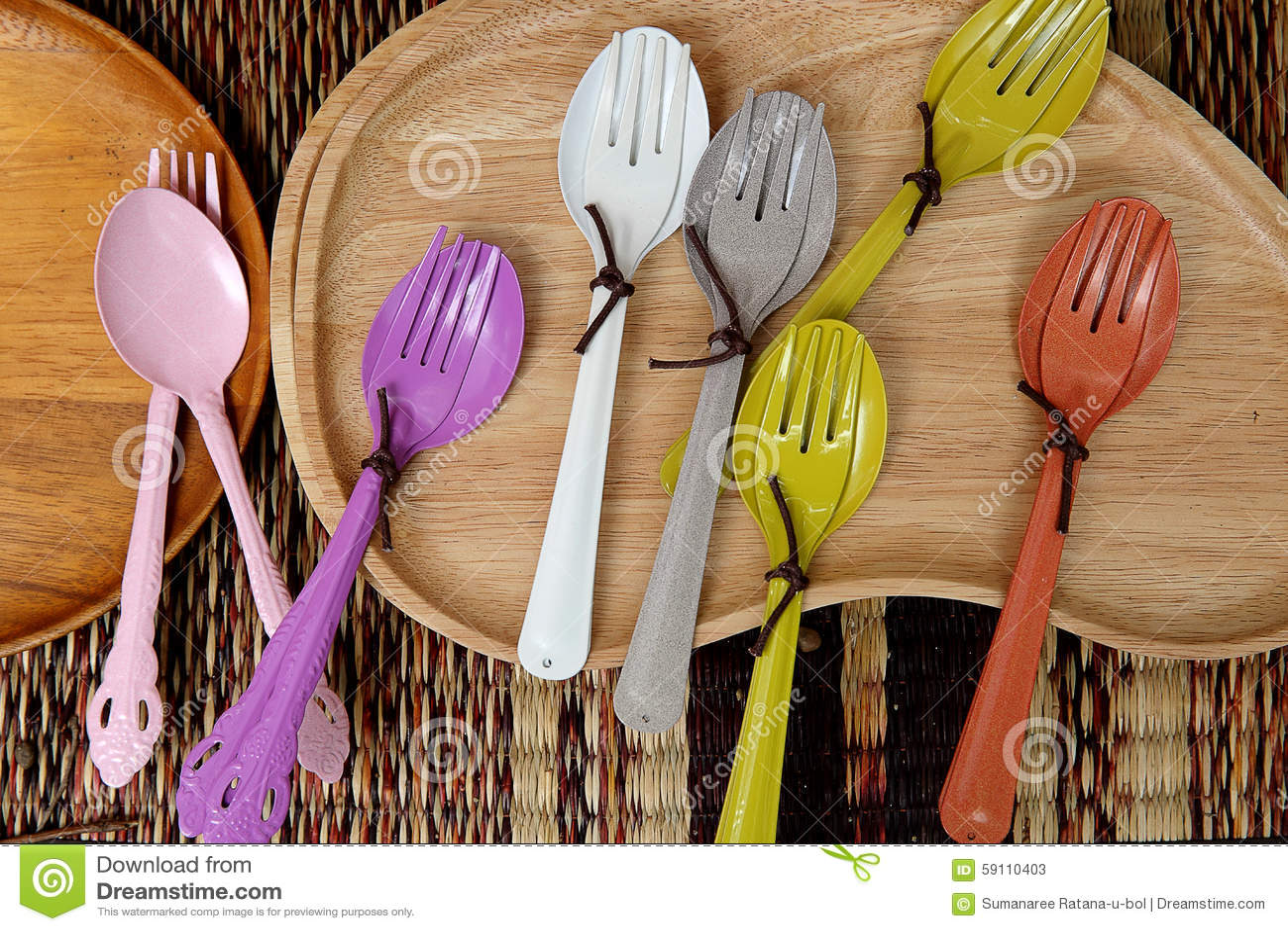 五颜六色的木匙子和叉子