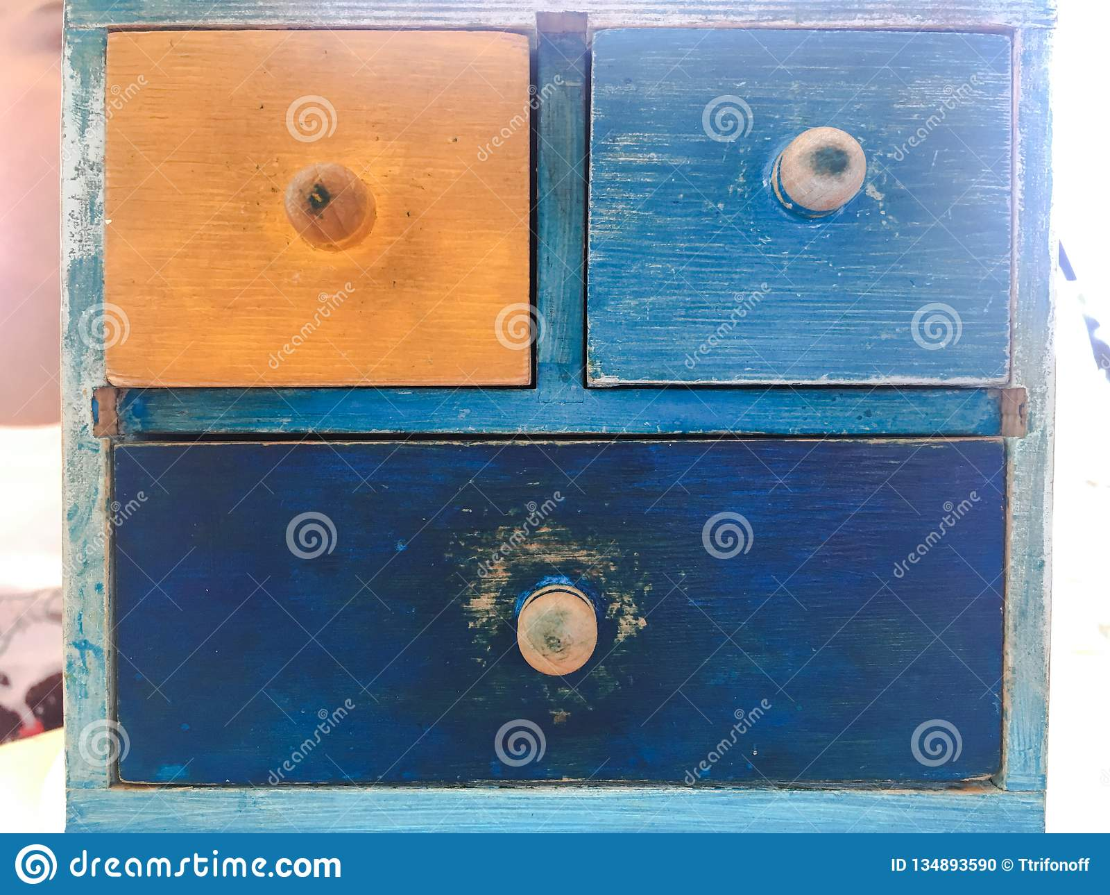 五颜六色的木抽屉,在砖墙的葡萄酒木洗脸台