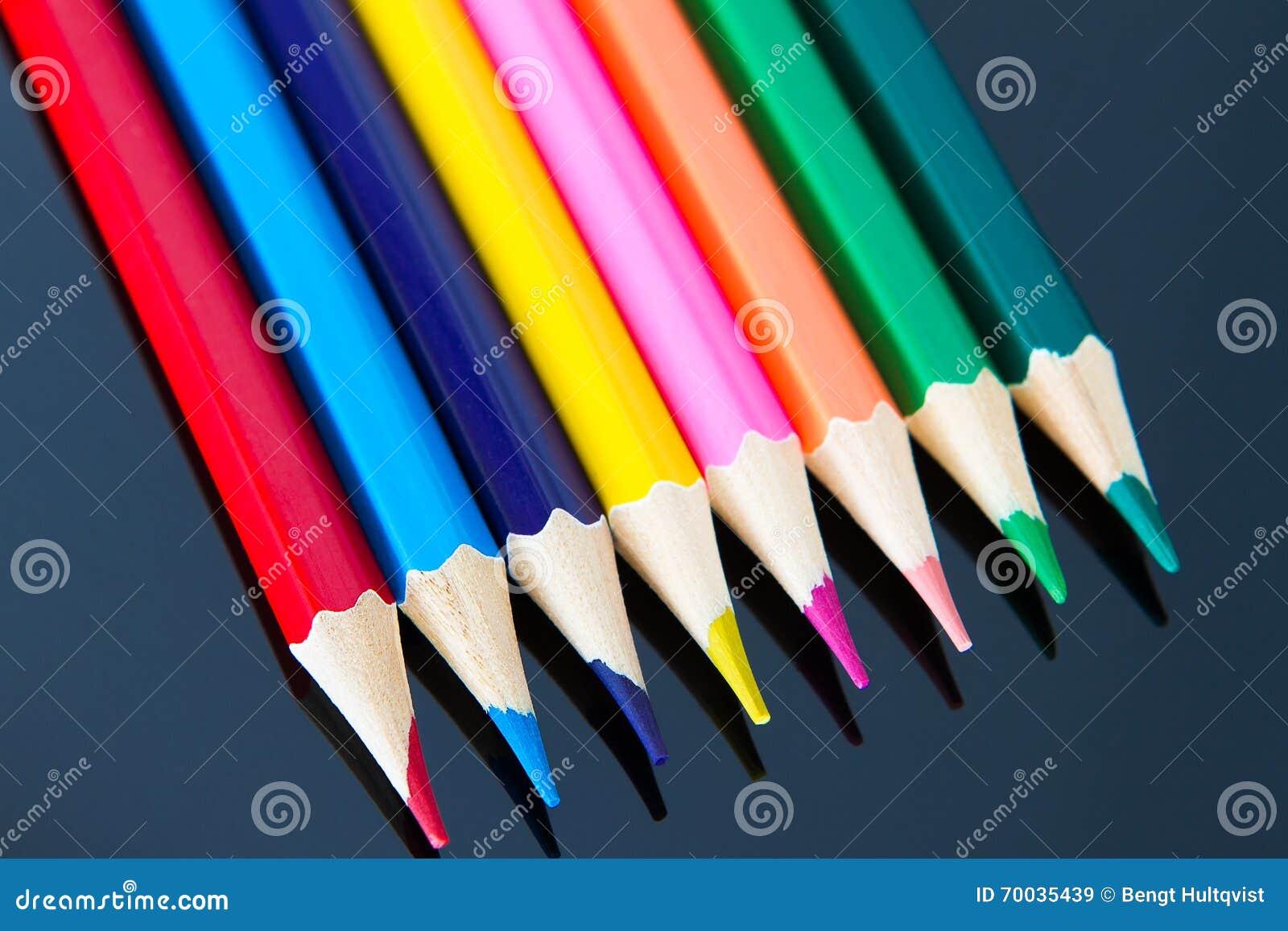 五颜六色的木铅笔线在黑背景的