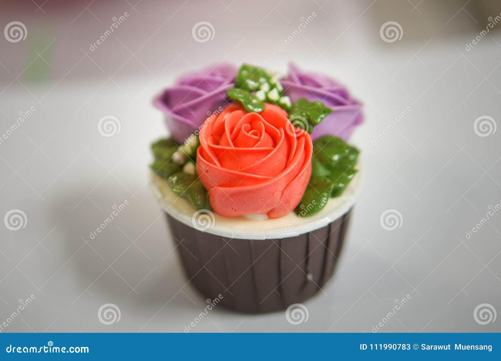 五颜六色的杯形蛋糕为生日