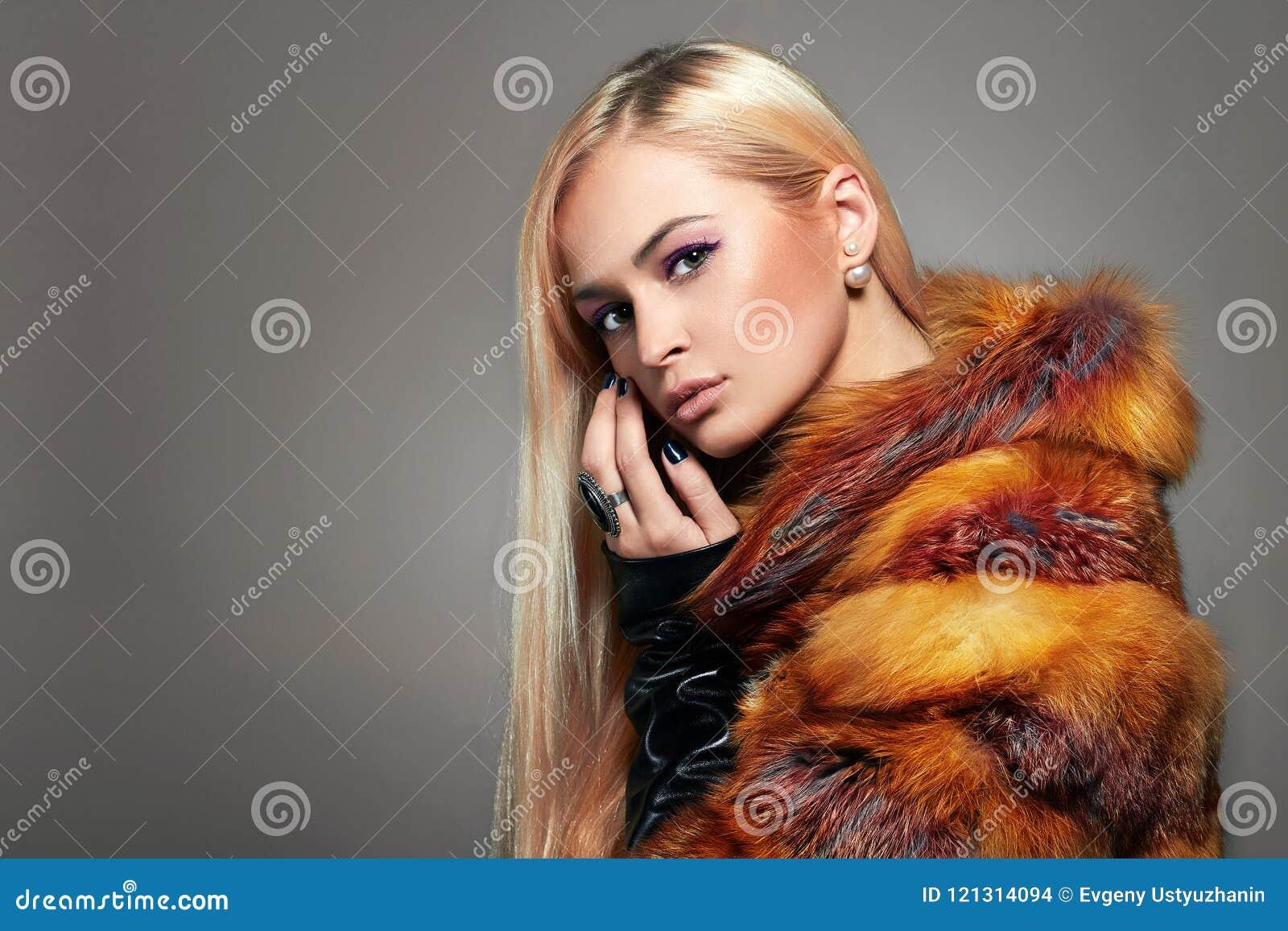 五颜六色的毛皮的美丽的白肤金发的女孩