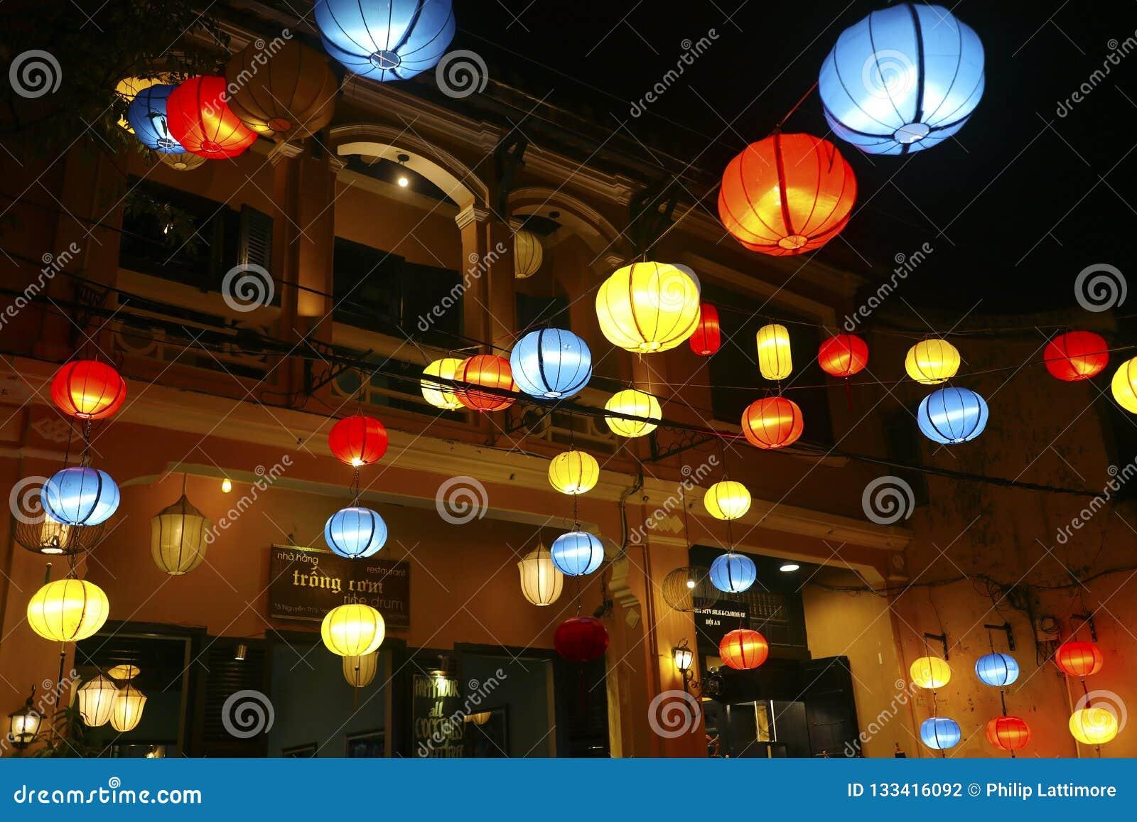 五颜六色的灯笼装饰hoi街道在越南