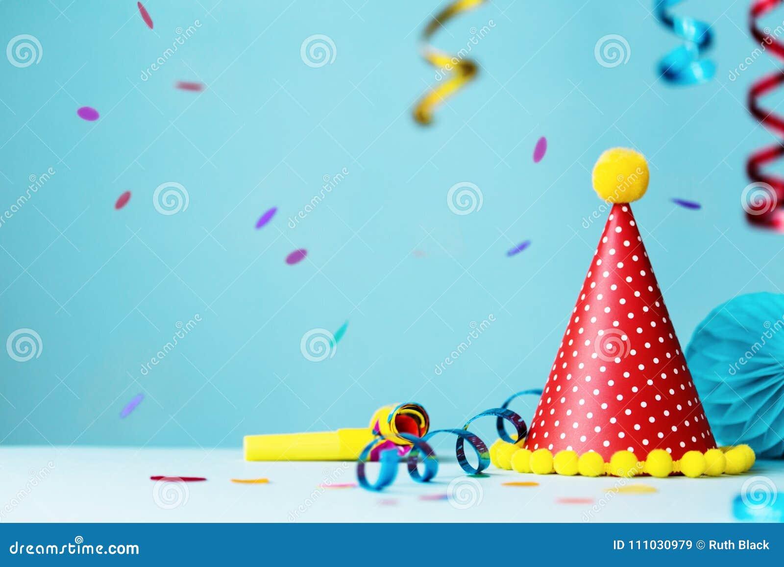 五颜六色的生日聚会帽子和飘带