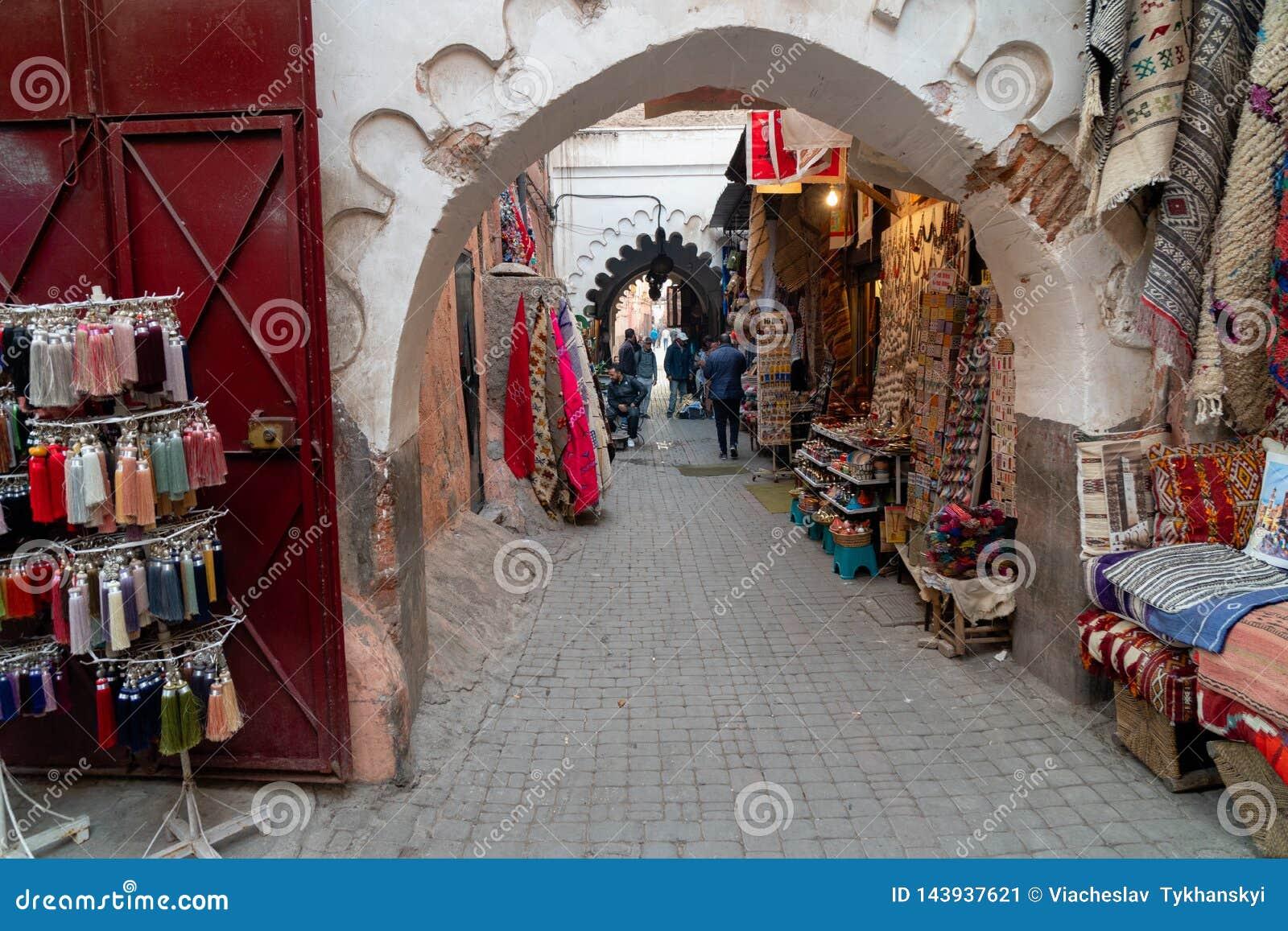 五颜六色的盘纪念品待售在一家商店在摩洛哥