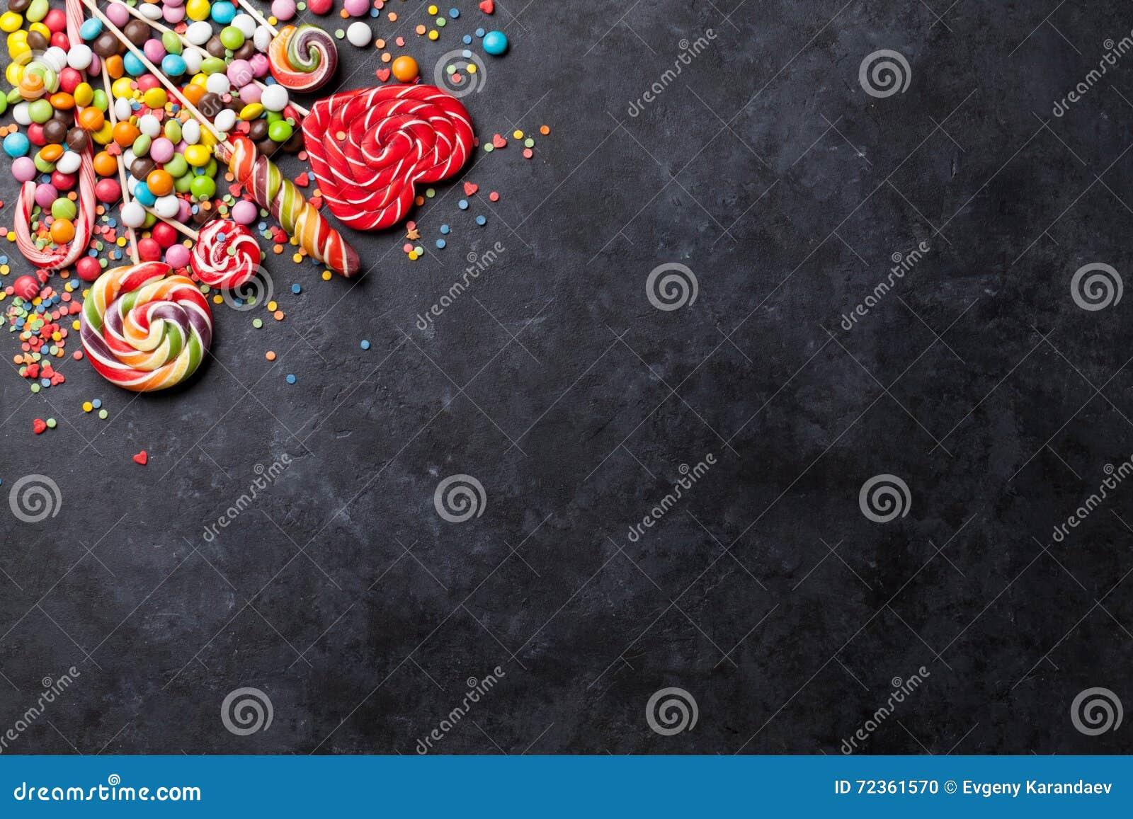 五颜六色的糖果和棒棒糖在石头