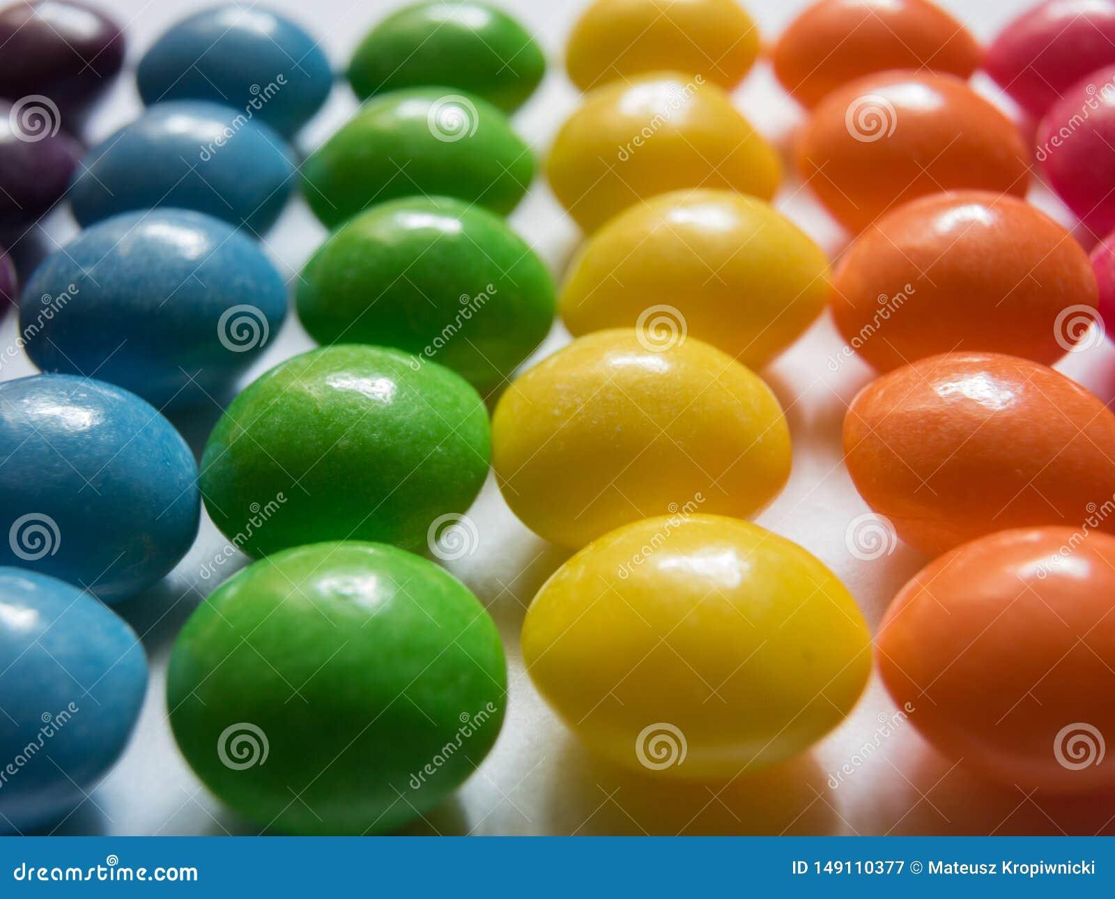 五颜六色的糖果行在白色背景的