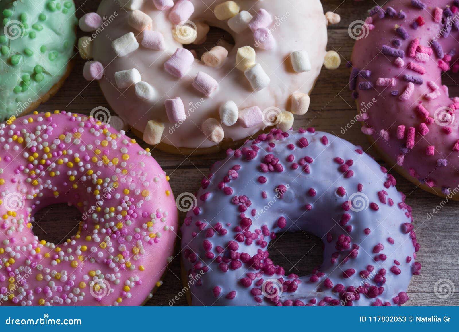 五颜六色的结霜的多福饼的分类 给上釉洒与