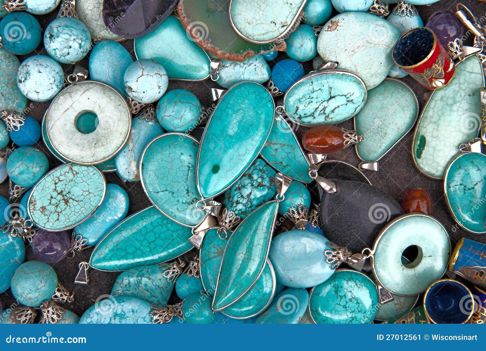 五颜六色的绿松石半珍贵的宝石珠宝