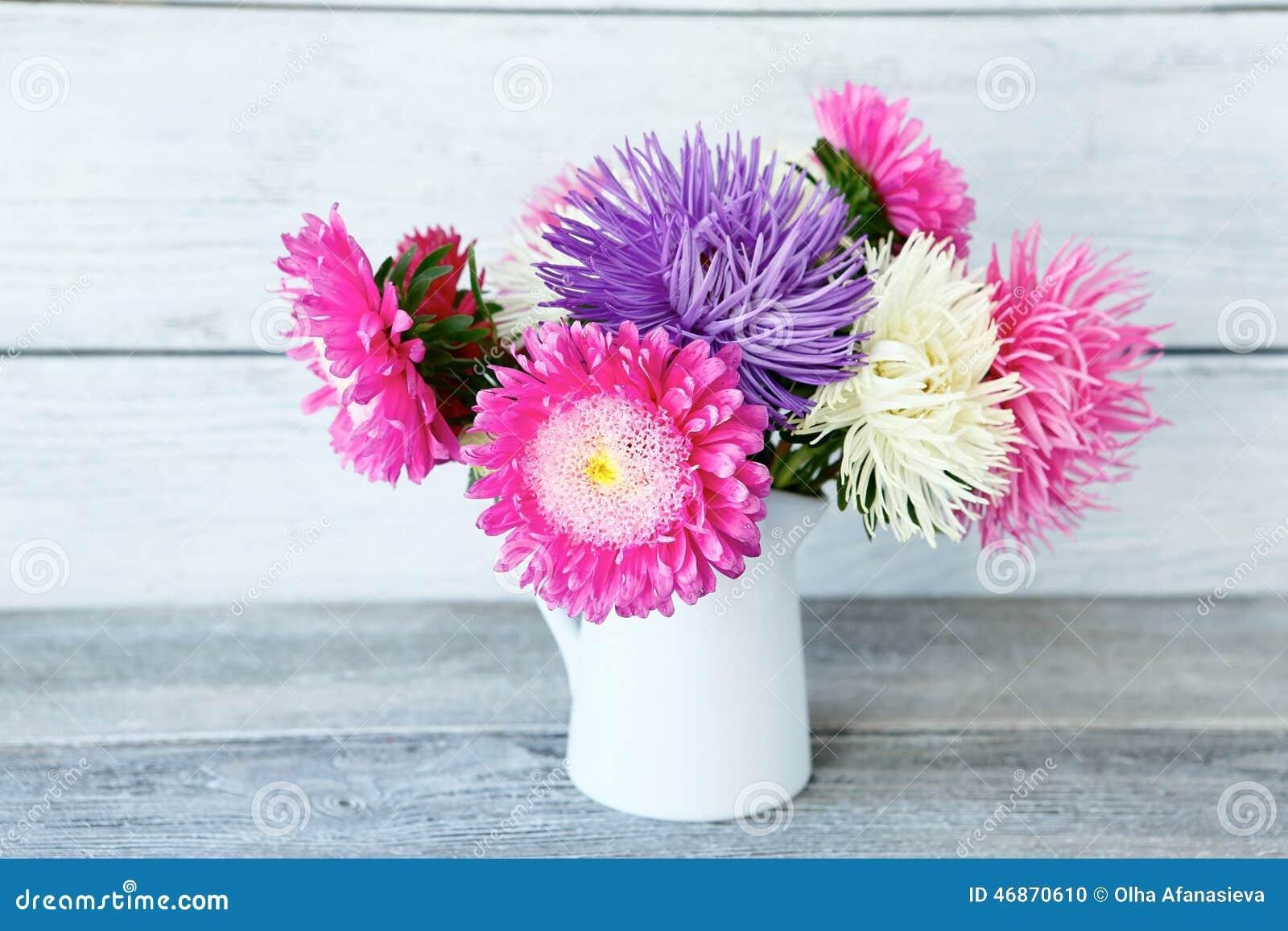 五颜六色的翠菊花束