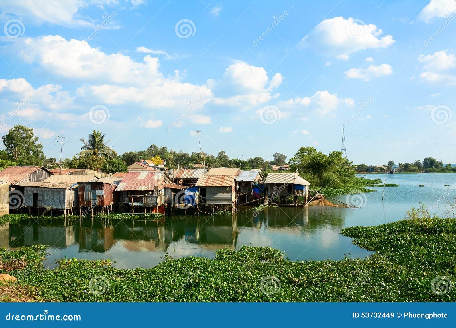 五颜六色的蹲着的人棚子和房子在西贡
