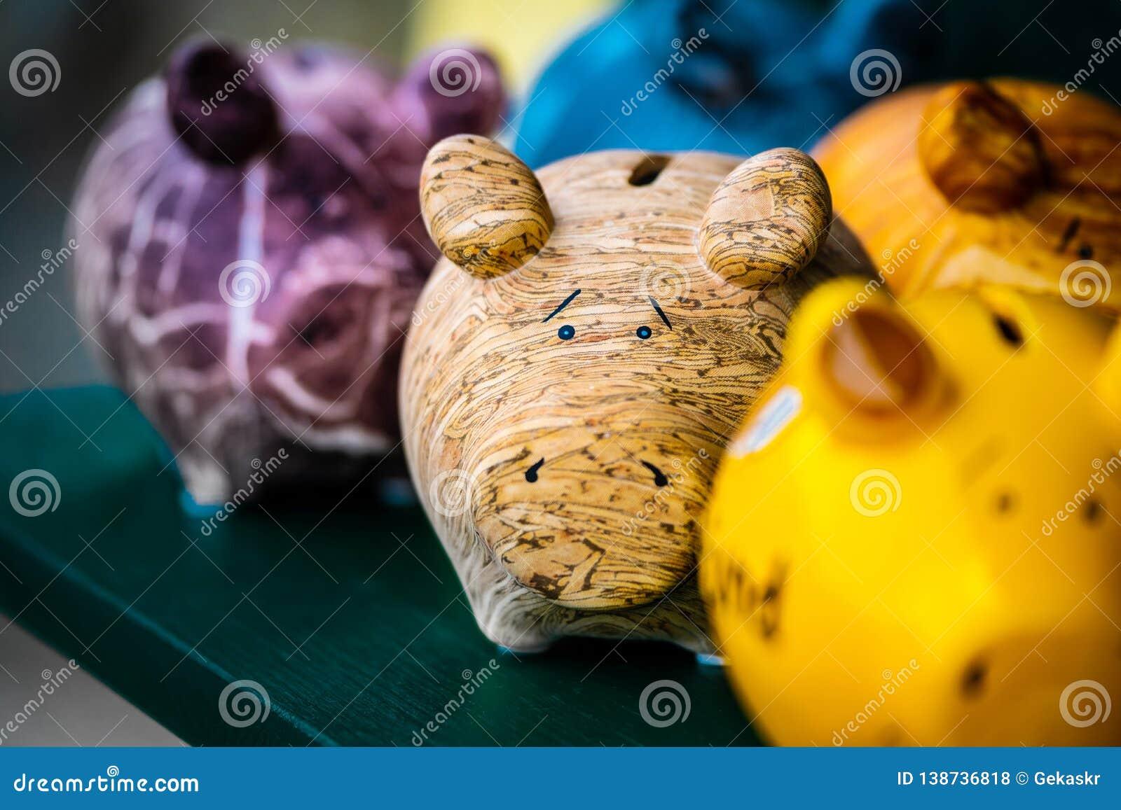 五颜六色的陶瓷猪形状模仿者