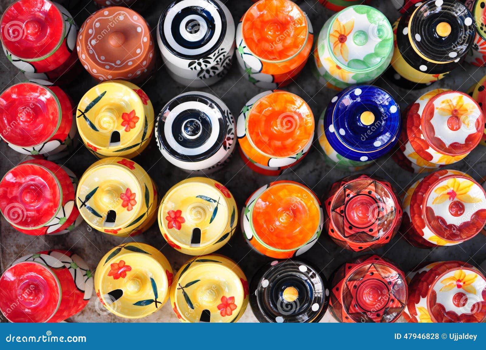 五颜六色的陶瓷罐在跳蚤市场上