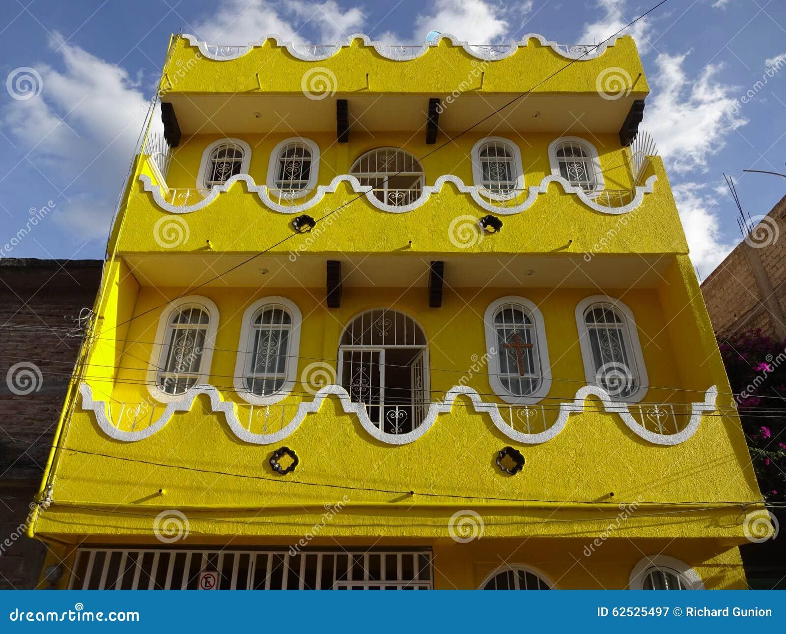 五颜六色的黄色议院在奇尔潘辛戈