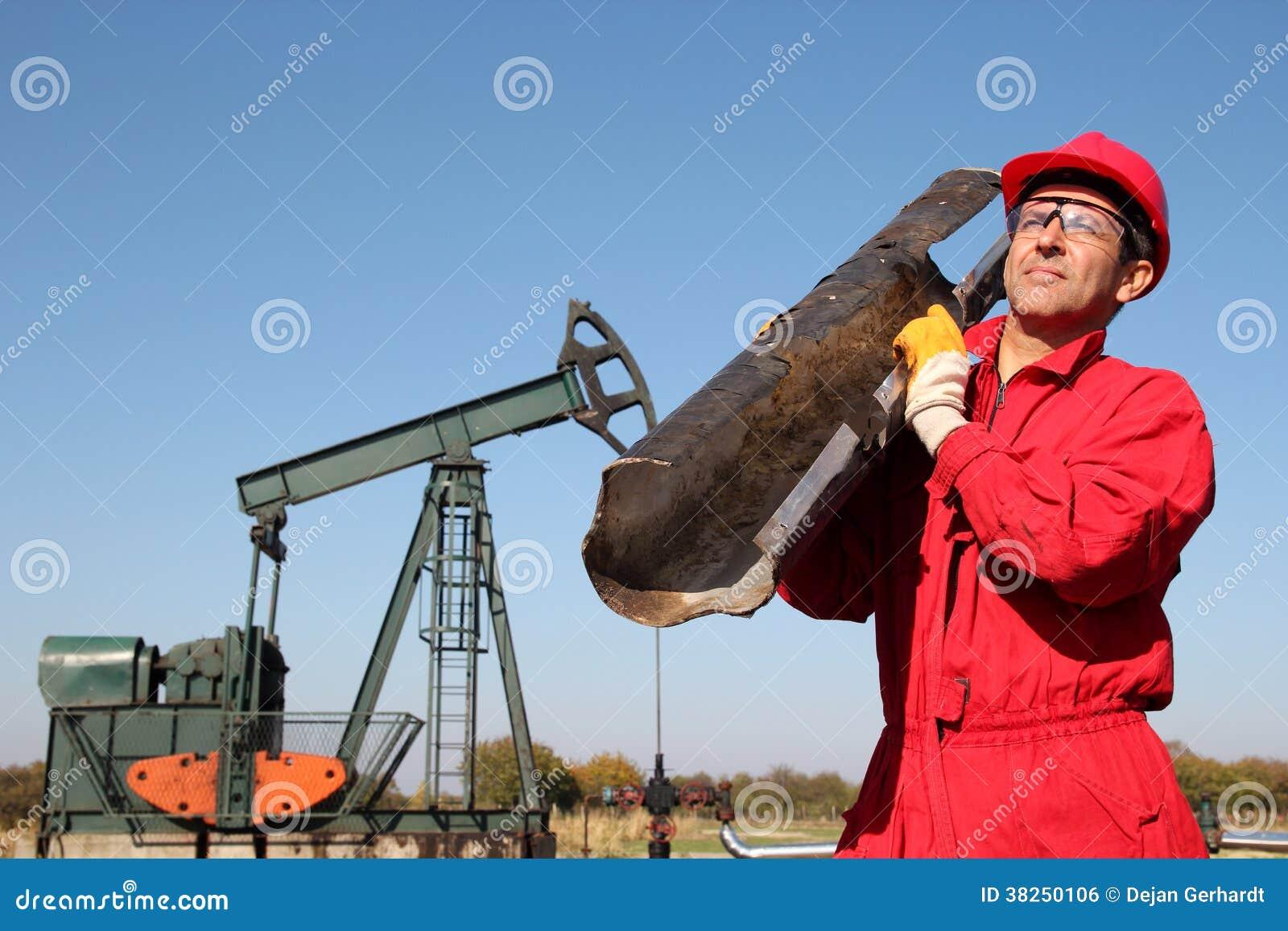 井泵杰克站点的油田工作者。