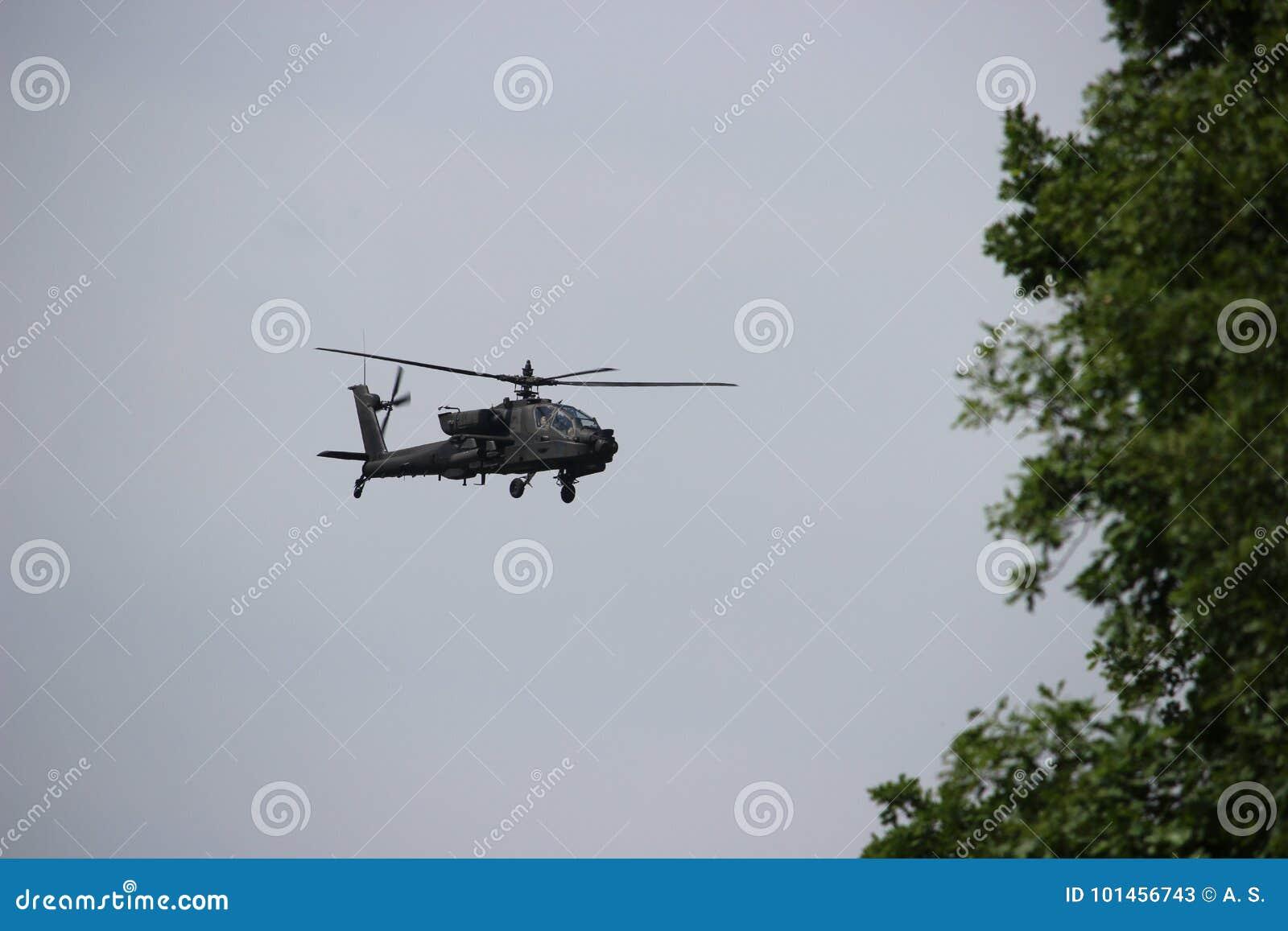 亚帕基直升机在飞行中在保卫Suwalki空白的军事演习使命在立陶宛2017夏天