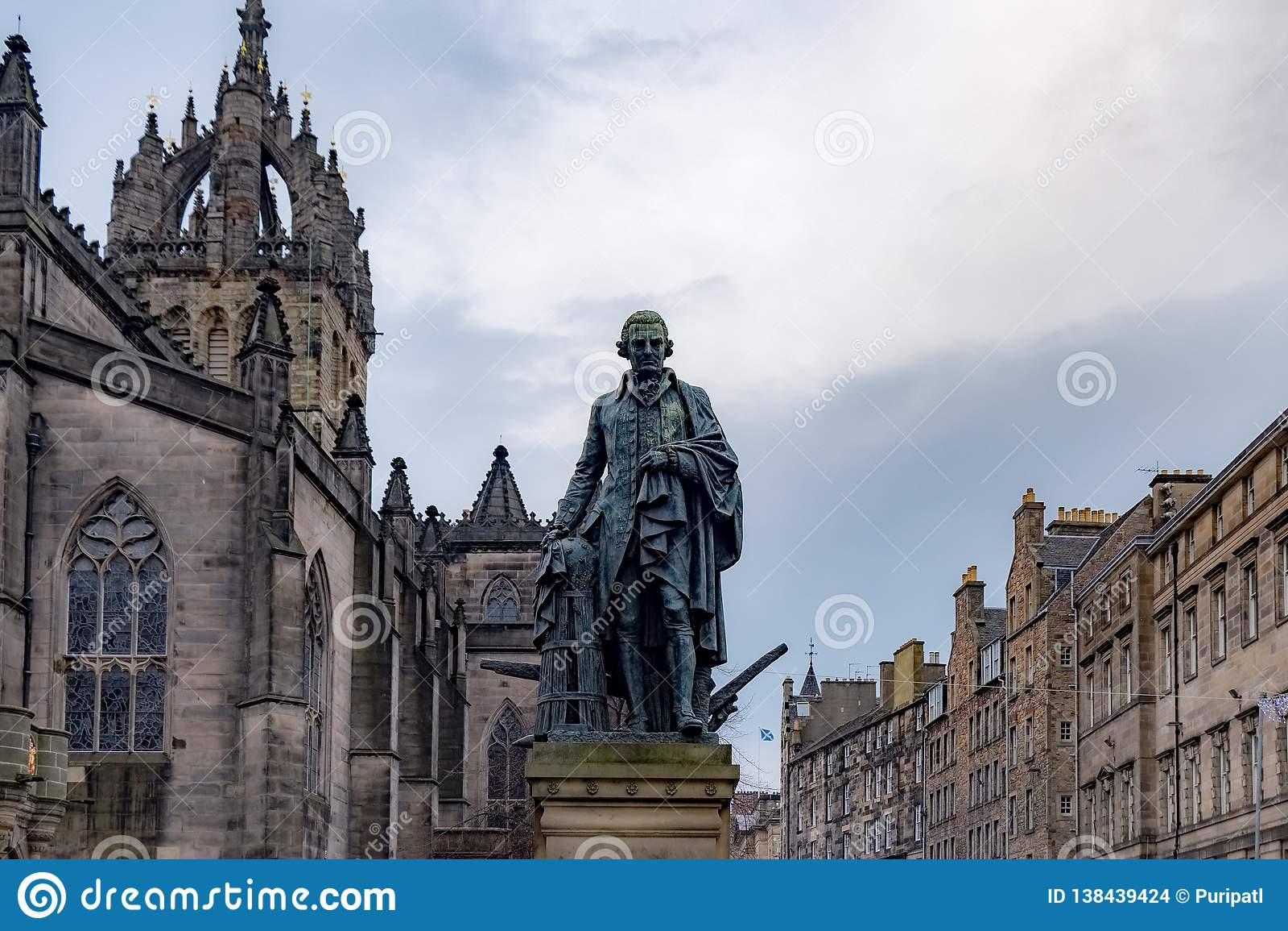 亚当・斯密雕象和圣吉尔斯大教堂,爱丁堡,英国