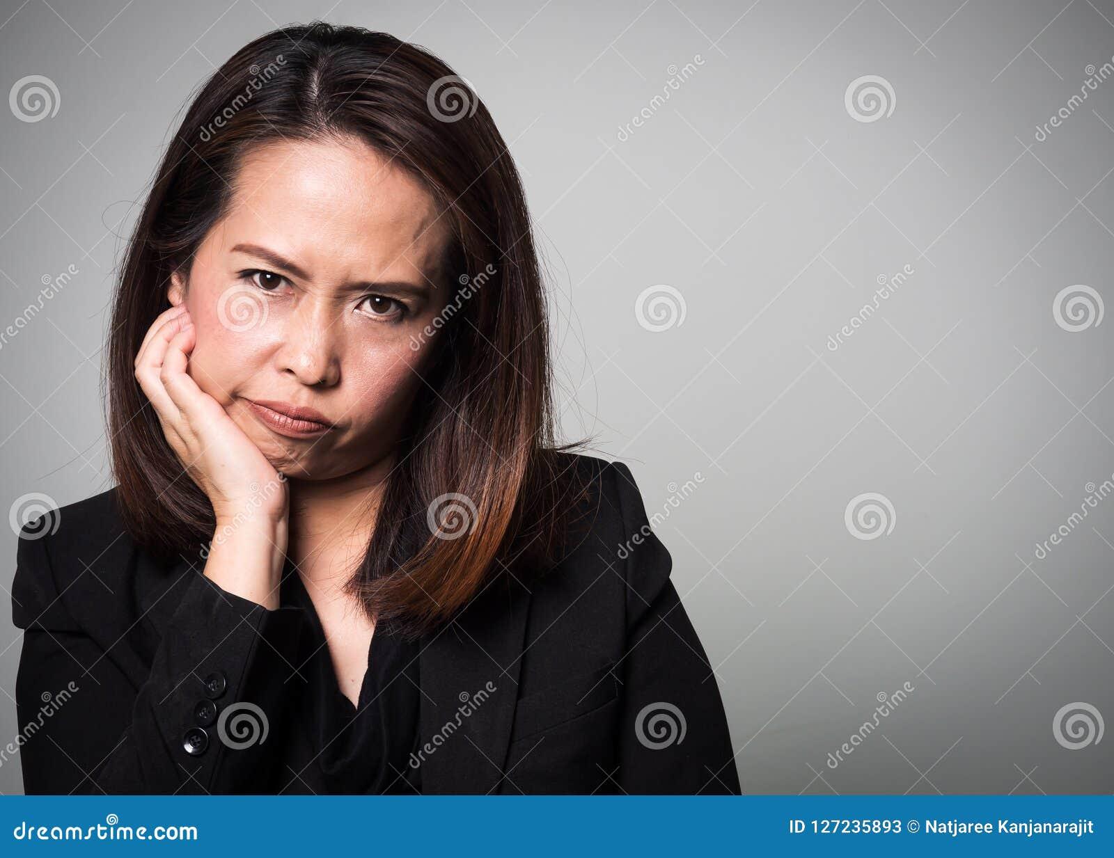 亚洲妇女乏味面孔 女商人画象bla的