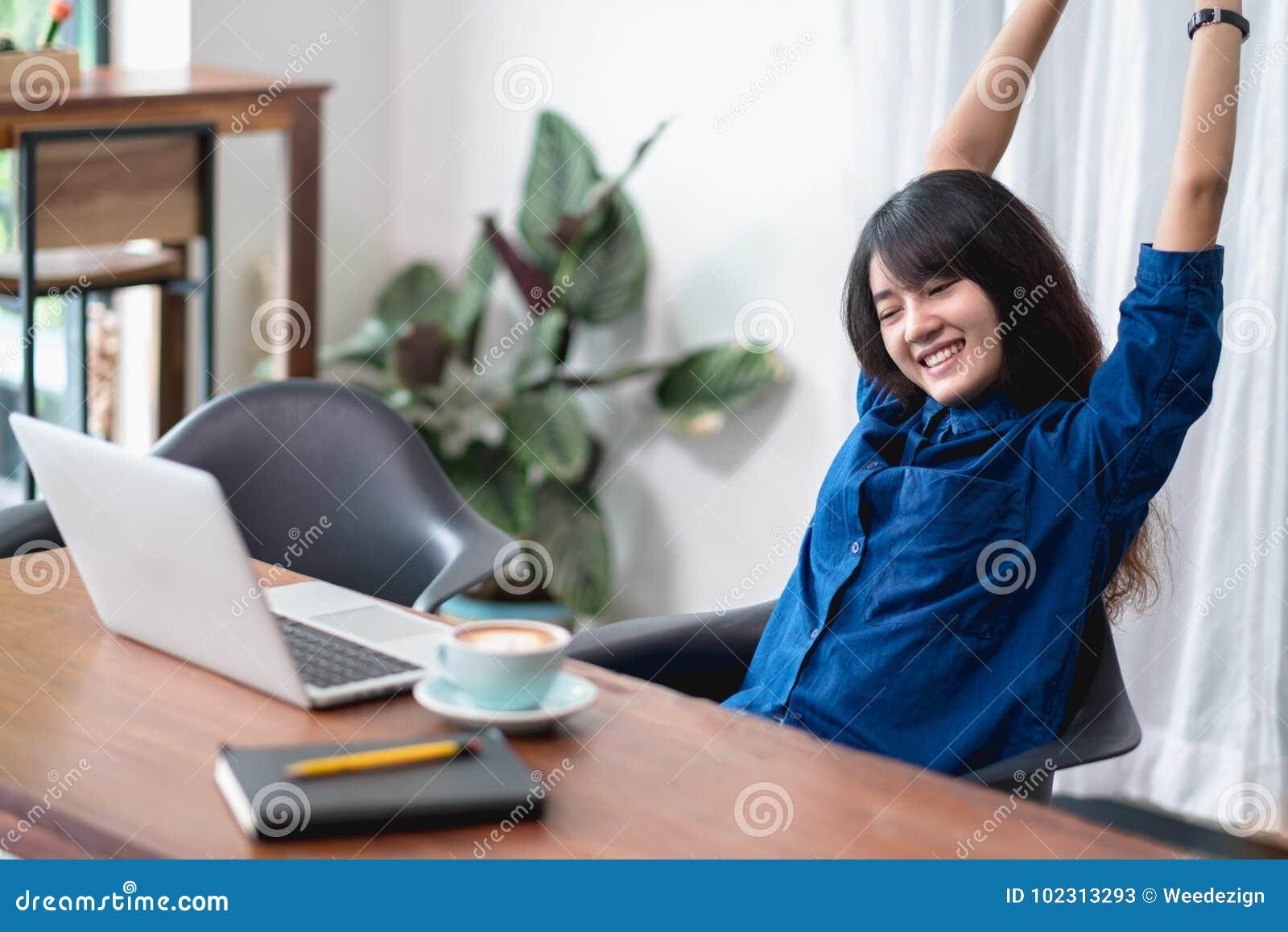 亚洲妇女在工作,舒展以后女性培养的胳膊放松