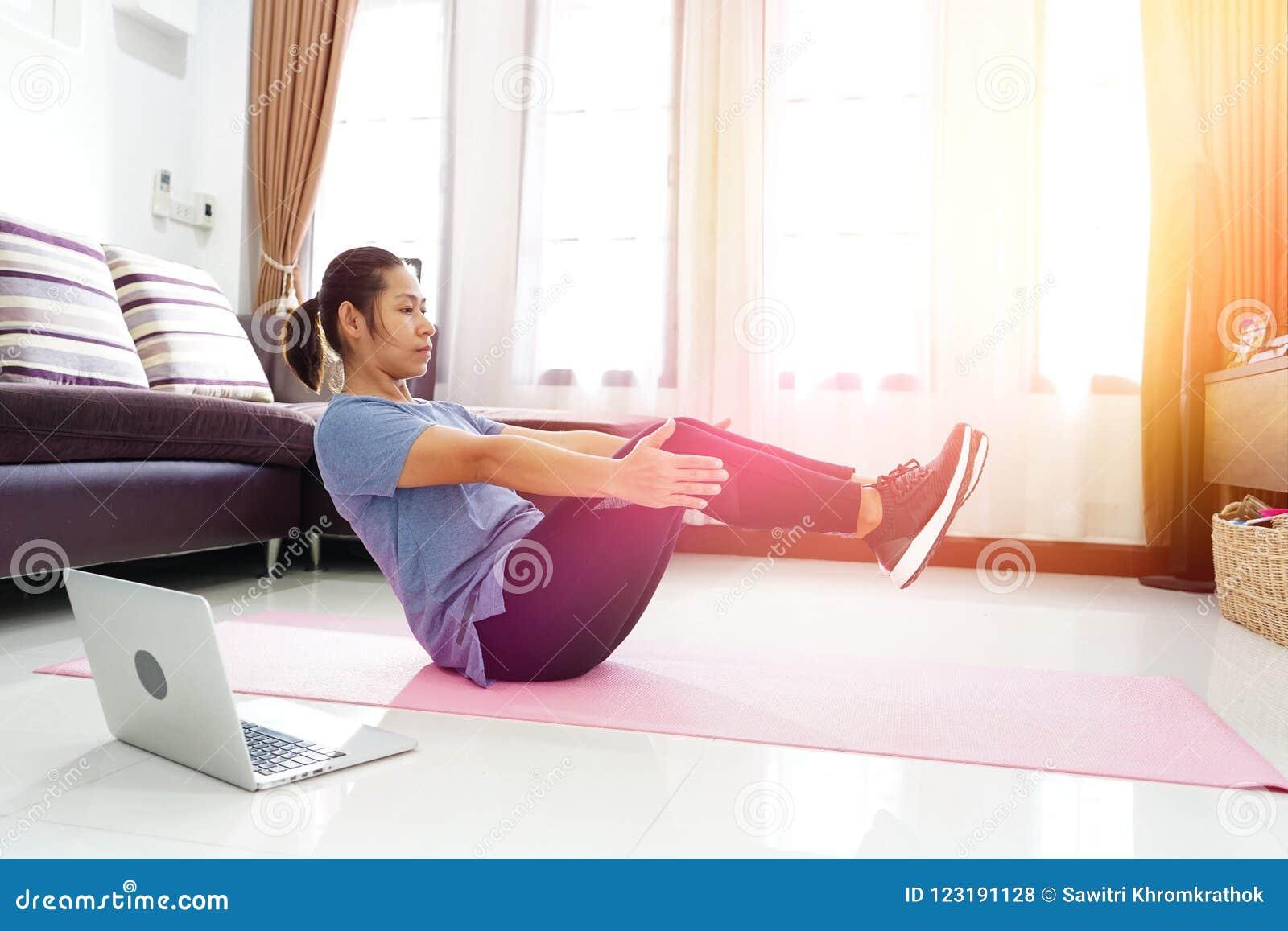 亚洲妇女锻炼做在家v上升吸收锻炼