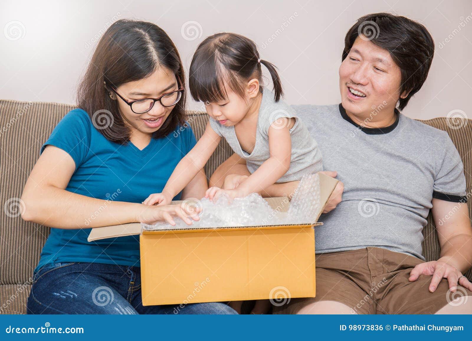 亚洲家庭移动的房子一起打开箱子