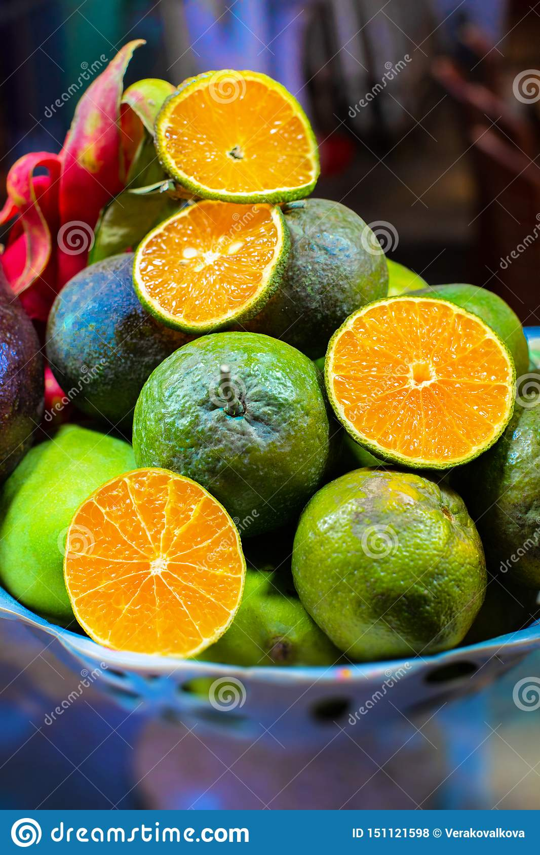亚洲异乎寻常的果子Piel在板材的 苹果、桔子、芒果、龙和西番莲果