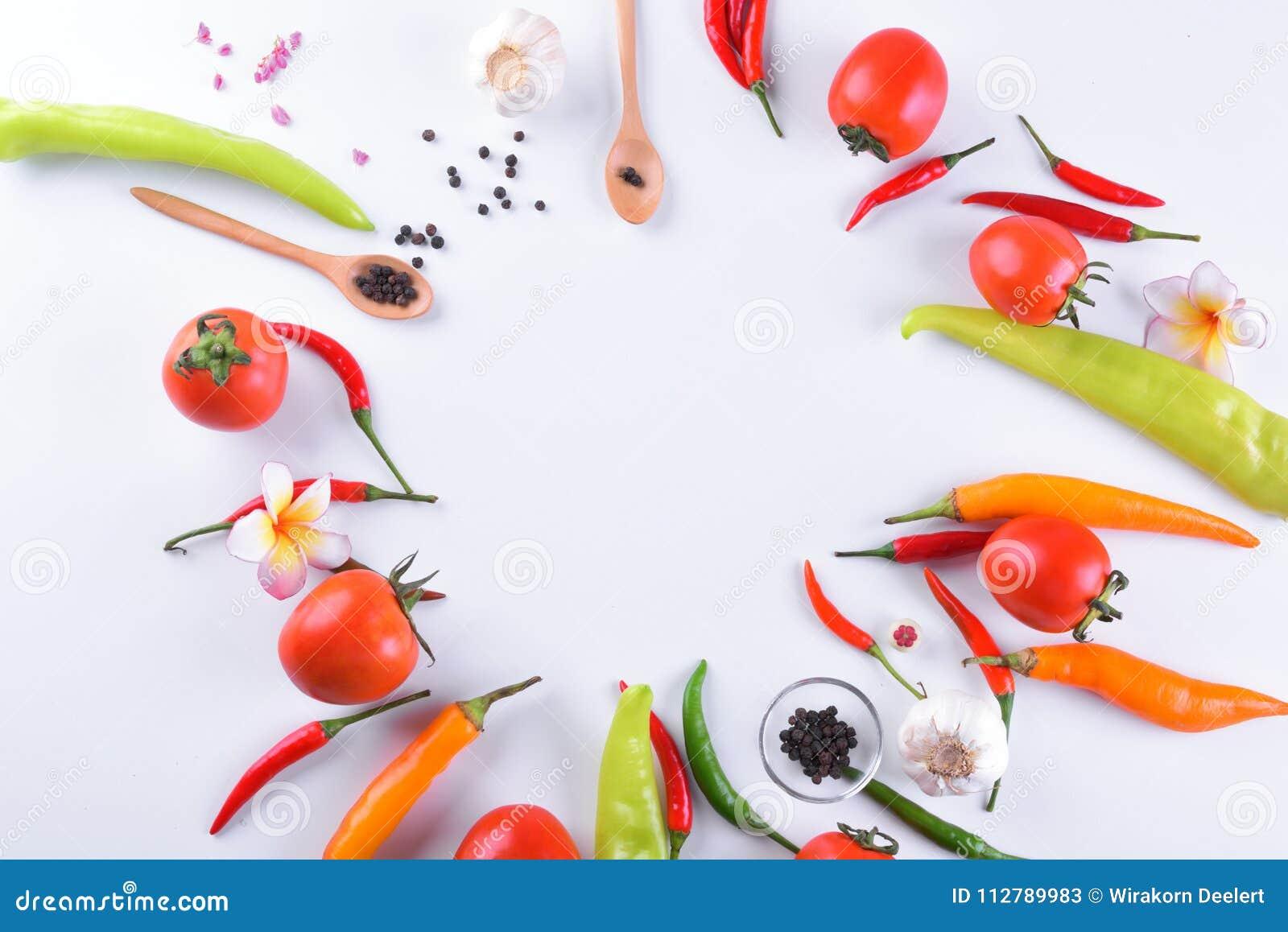 亚洲成份食物新鲜的香料菜蕃茄,辣椒,大蒜,胡椒,与空间的羽毛顶视图文本的