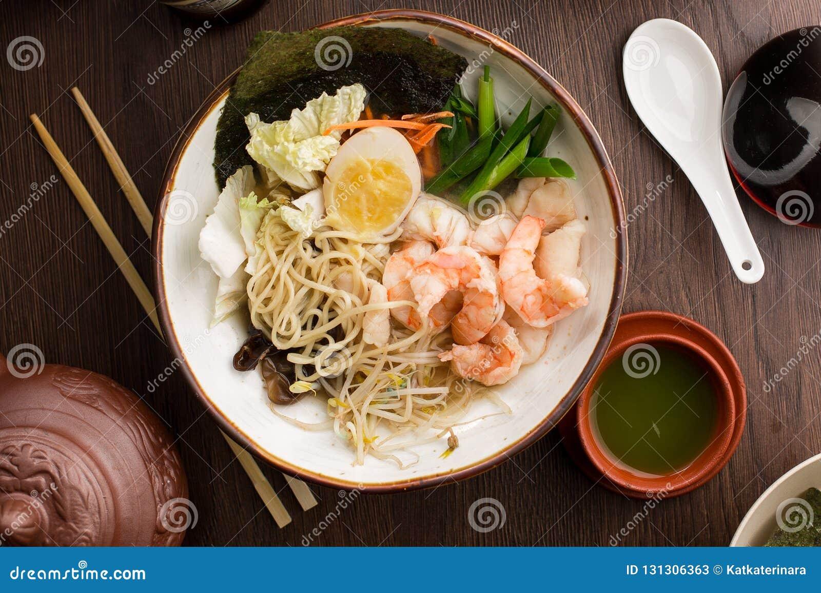 亚洲拉面用虾和面条在餐馆