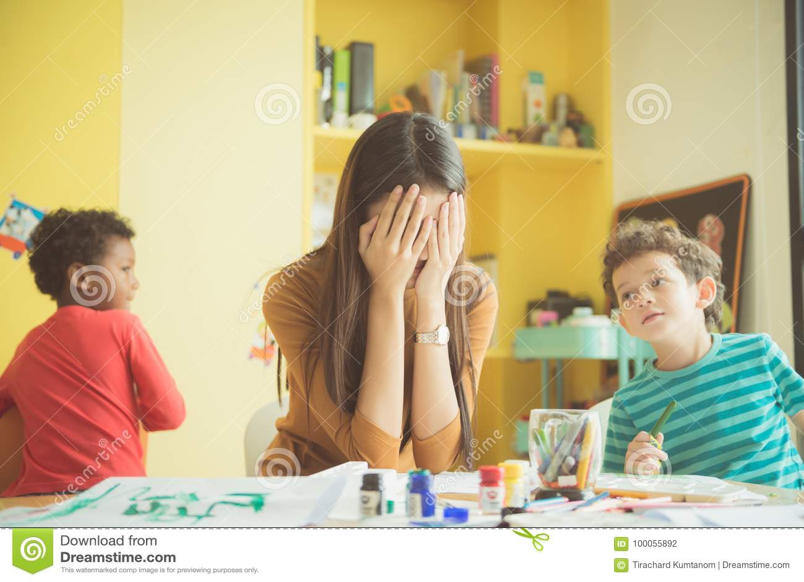 亚洲老师幼儿园手在翻倒关闭两个耳朵她不合格平息被引述的淘气
