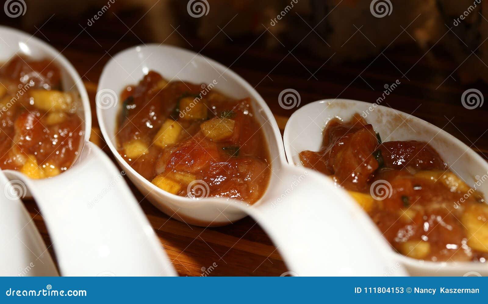 亚洲菜用棕色沙司与匙子