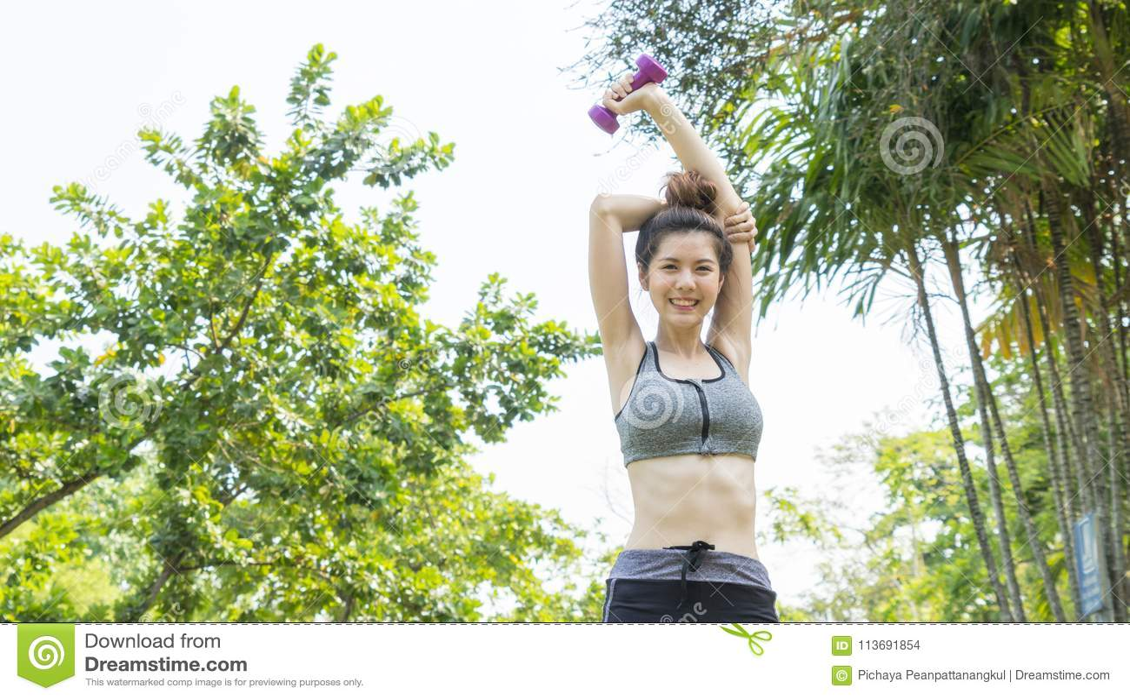 亚洲逗人喜爱的健康适合和牢固的亭亭玉立的青少年的夫人愉快对站立