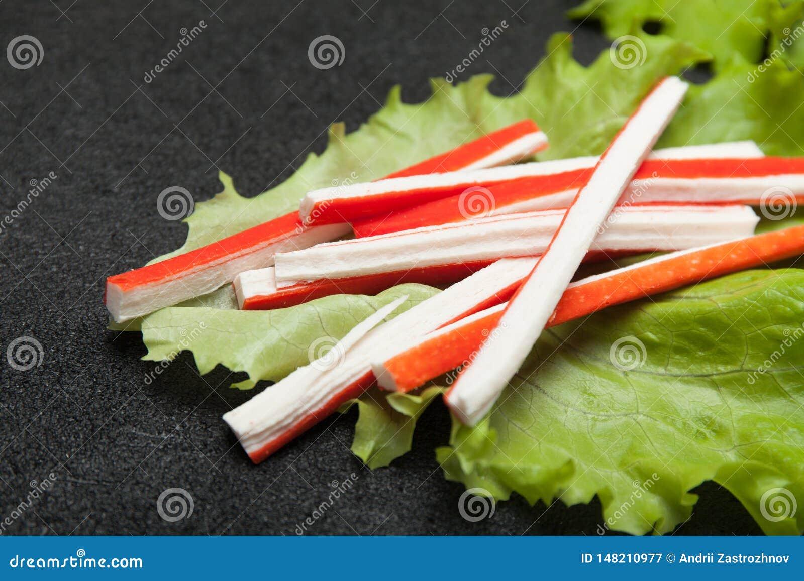 亚洲surimi开胃菜食物 从鱼卵蛋白的仿制螃蟹棍子