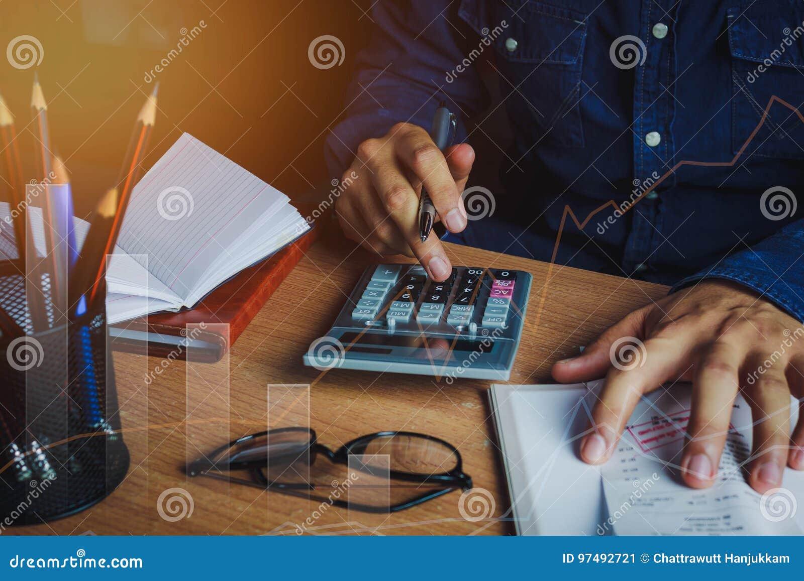 亚裔人会计或银行家计算财务/储款金钱或经济概念
