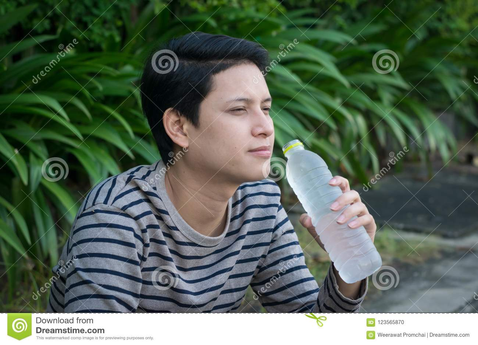 亚裔人坐的和饮用水
