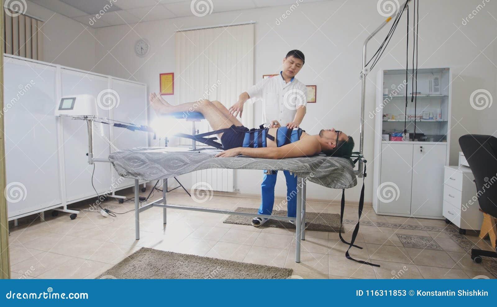 亚裔医生举办舒展脊椎做法,按摩脊柱治疗者,亚洲西藏医学