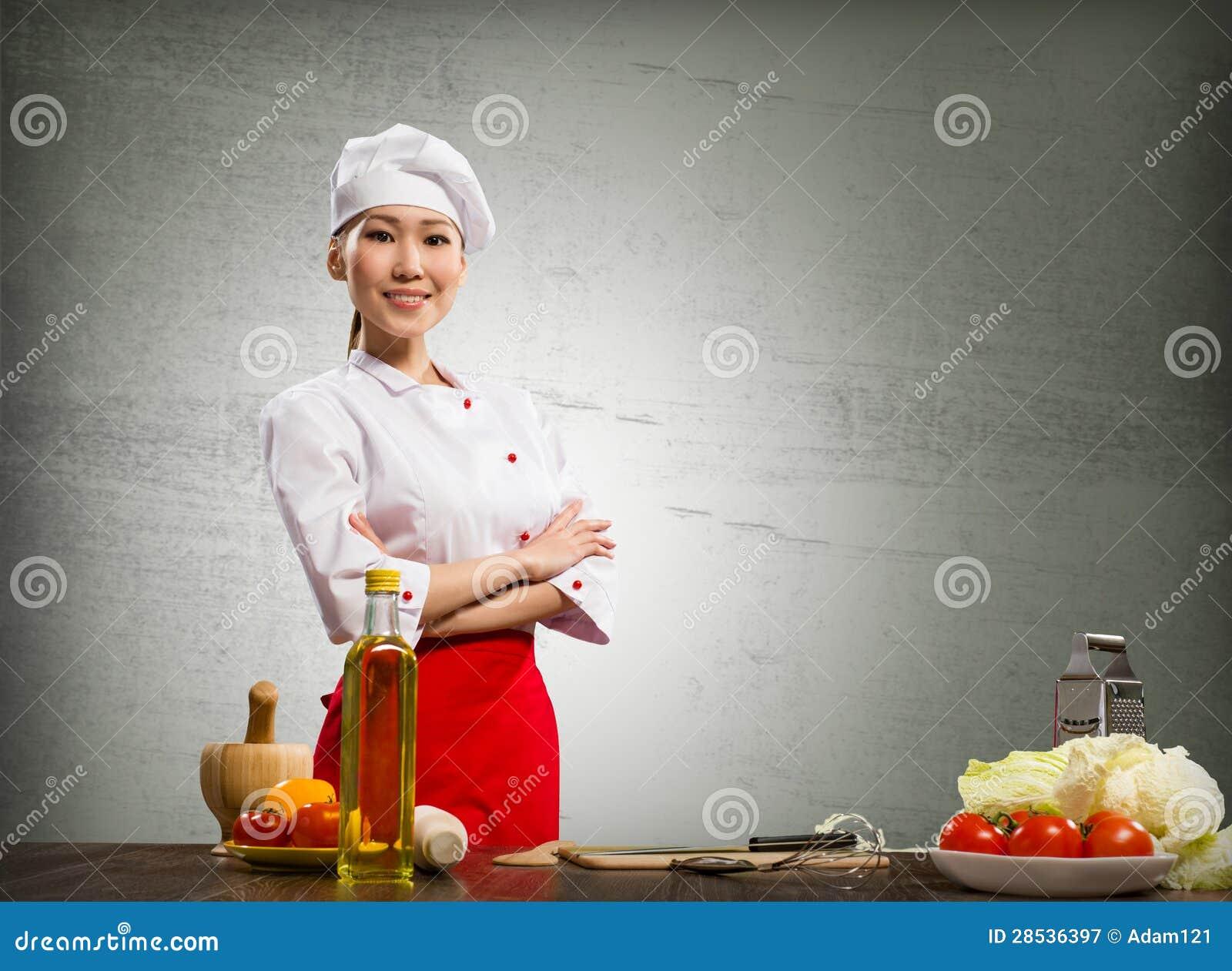 亚裔厨师妇女克服她的胳膊