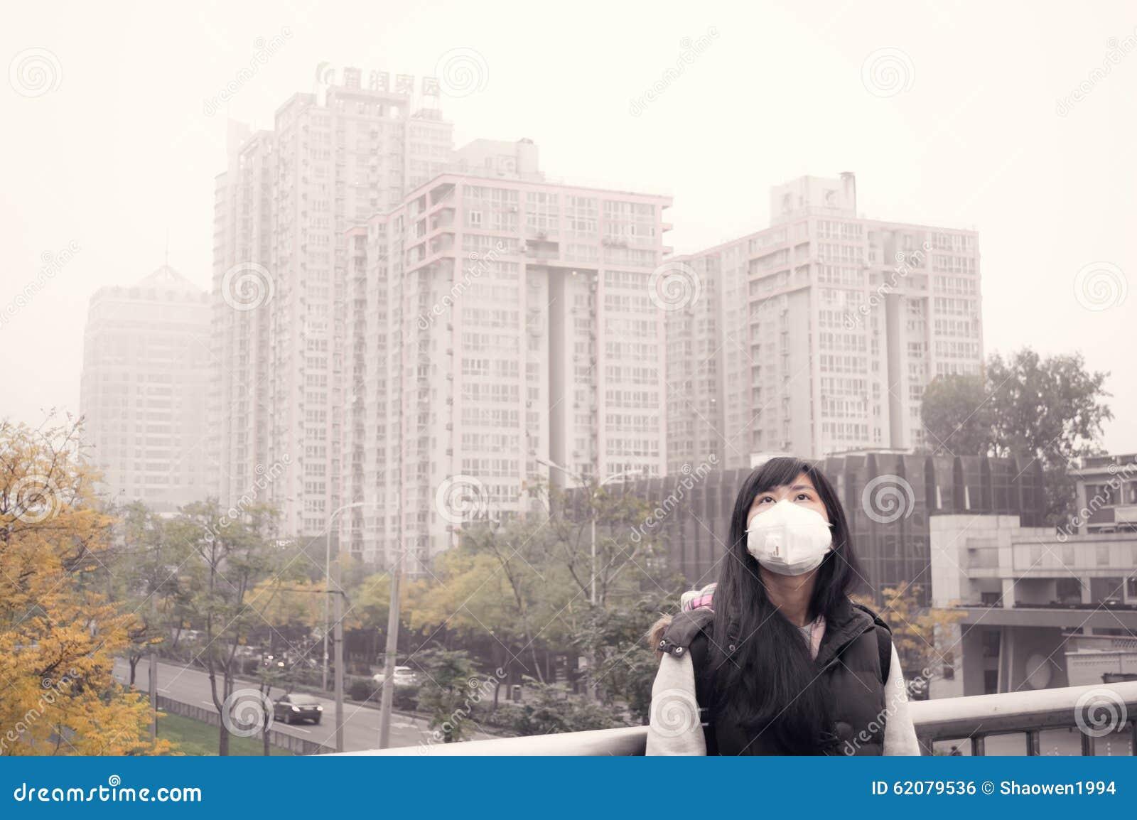 亚裔反对阴霾大气污染2的女孩佩带的嘴面具