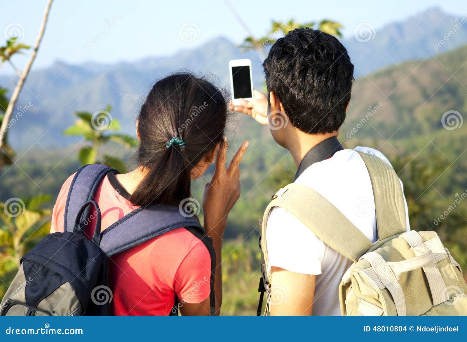 亚裔夫妇远足者