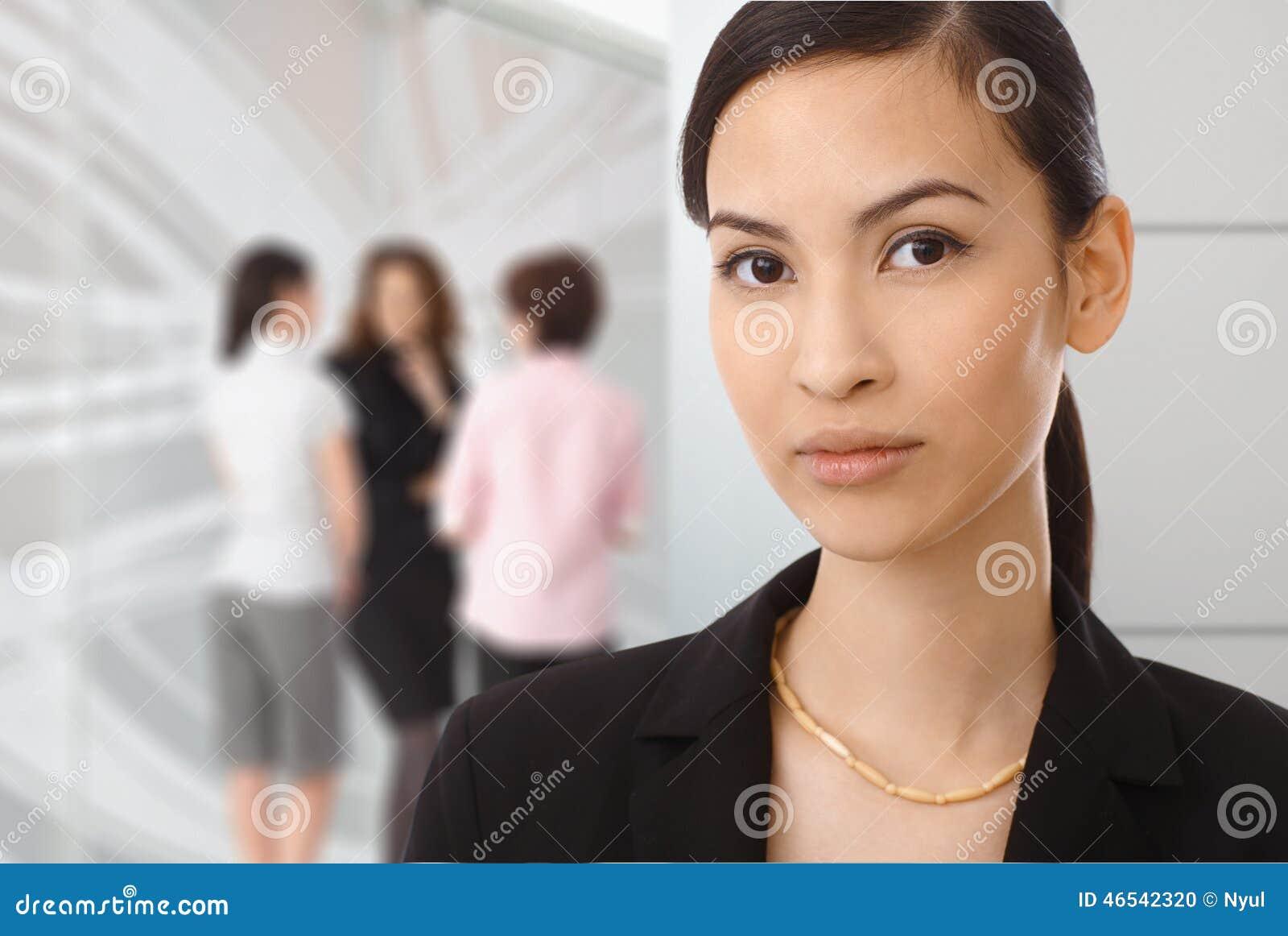 亚裔女实业家画象在办公室